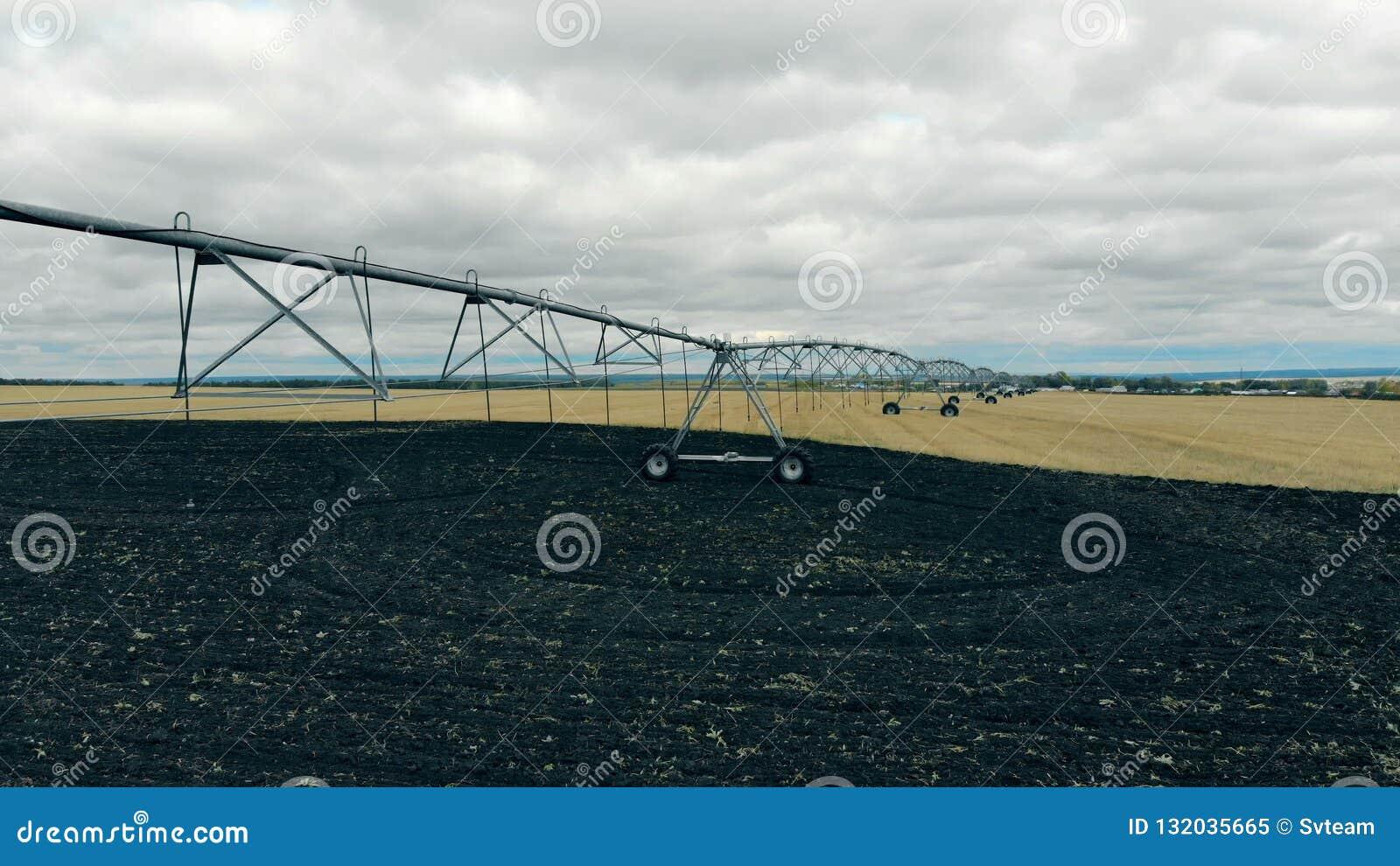 Landwirtschaftsfeld mit einem Bewässerungsmechanismus gegründet auf ihm stock video