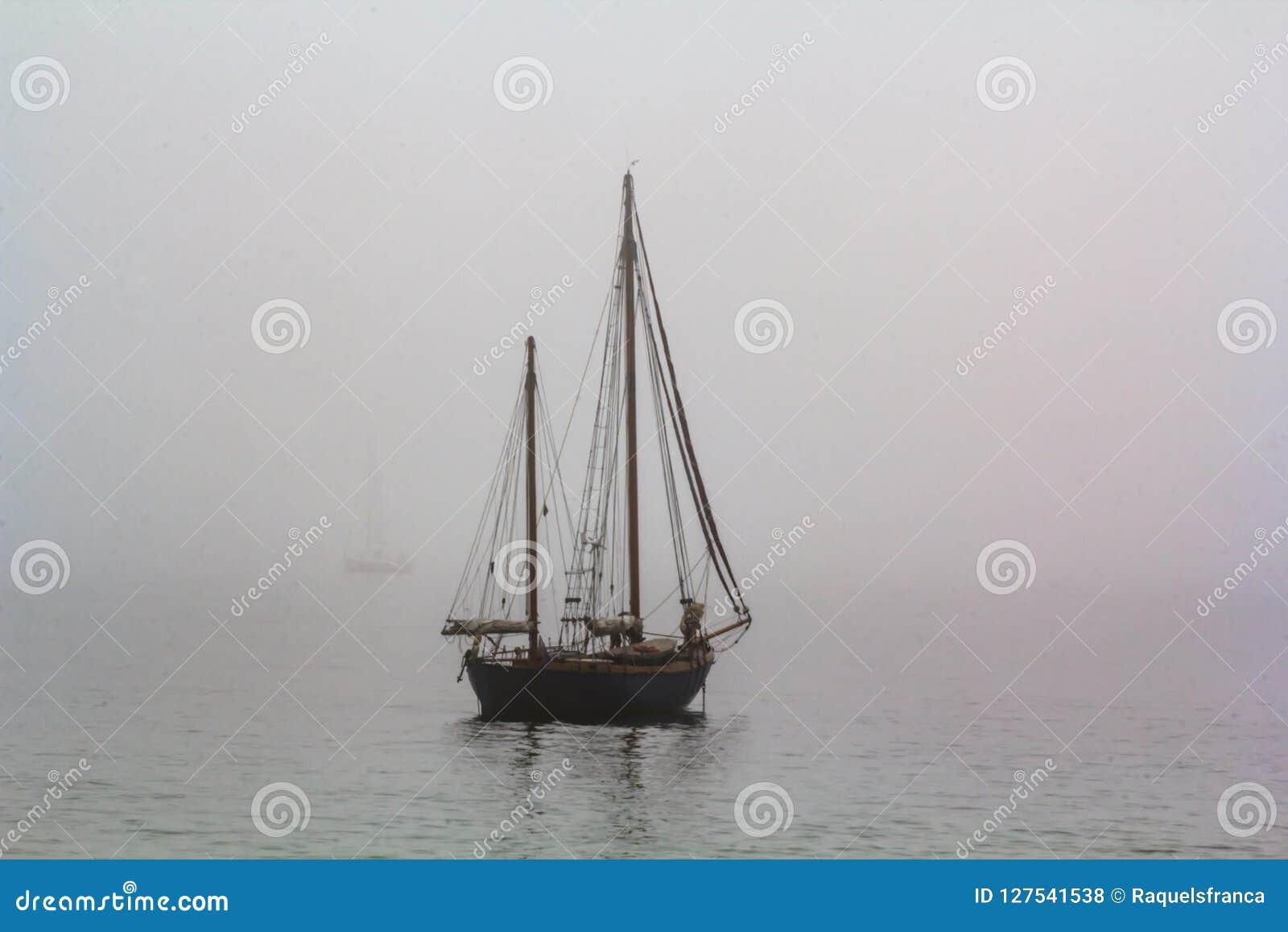 Lang schip die in het overzees in mistige nevelige dag varen