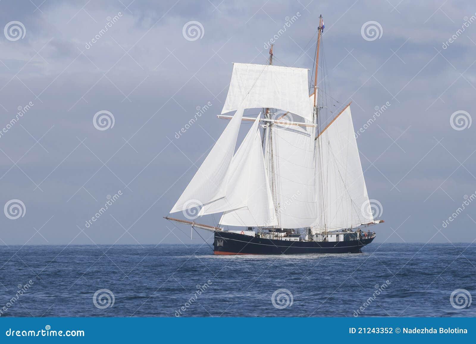 Lang schip in het overzees