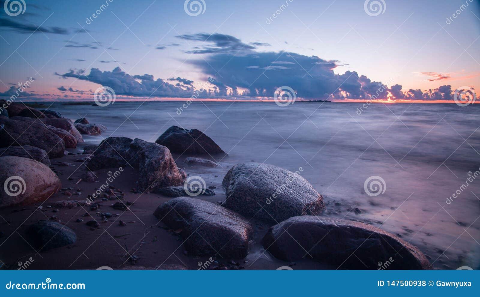 Lange Belichtung, Sonnenuntergang in Meer, drastischer Himmel