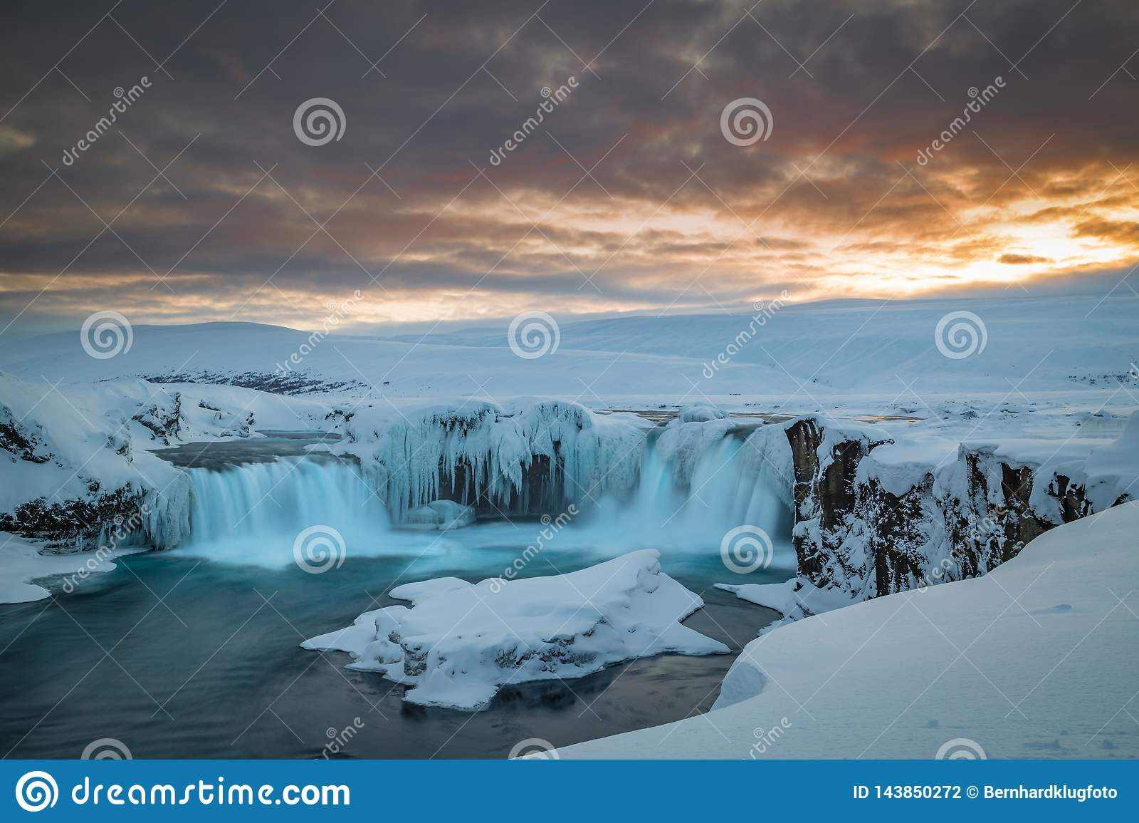 Lange Belichtung von Godafoss an der Dämmerung an einem kalten islandic Wintertag