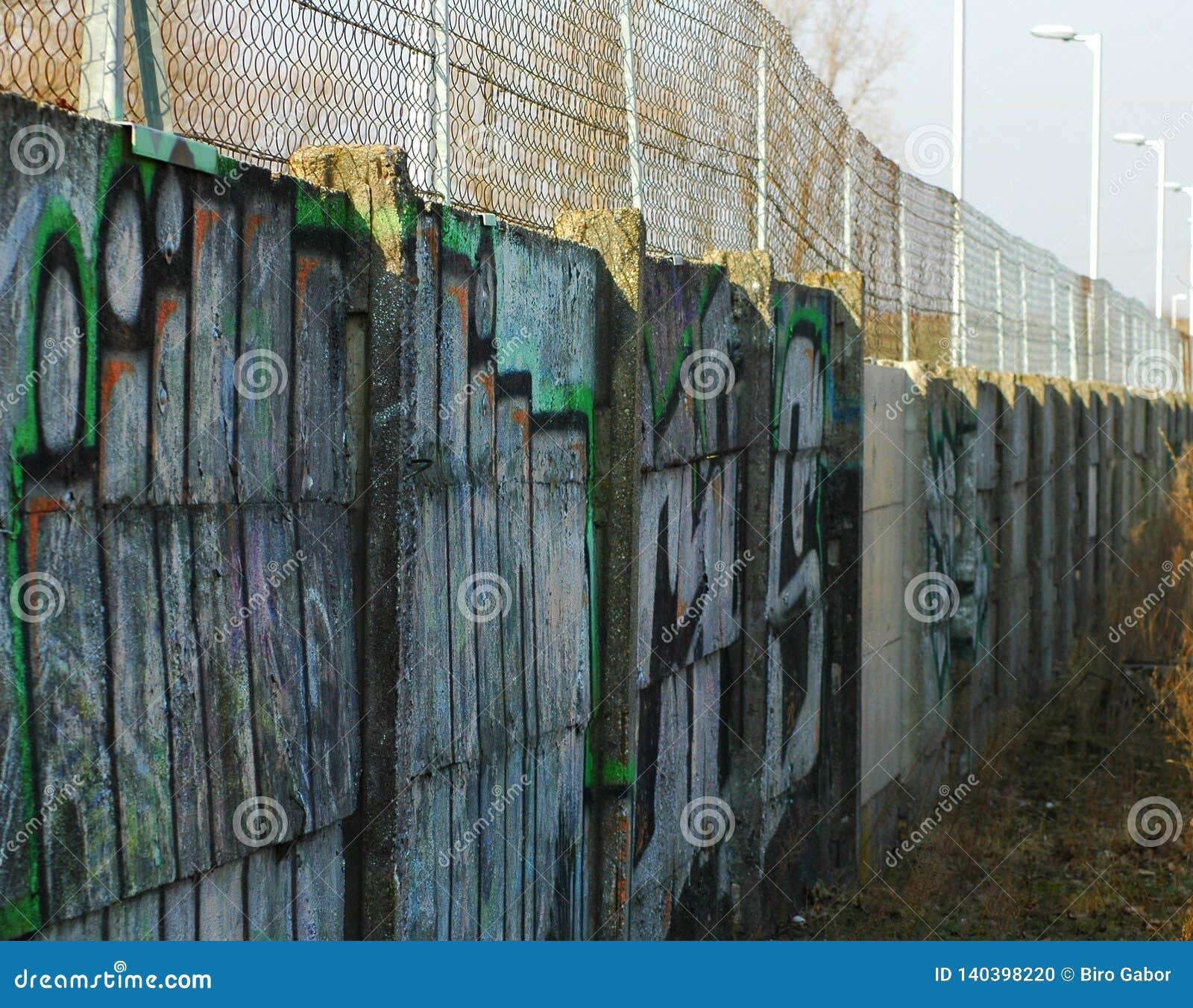 Lange Betonmauer mit grafities