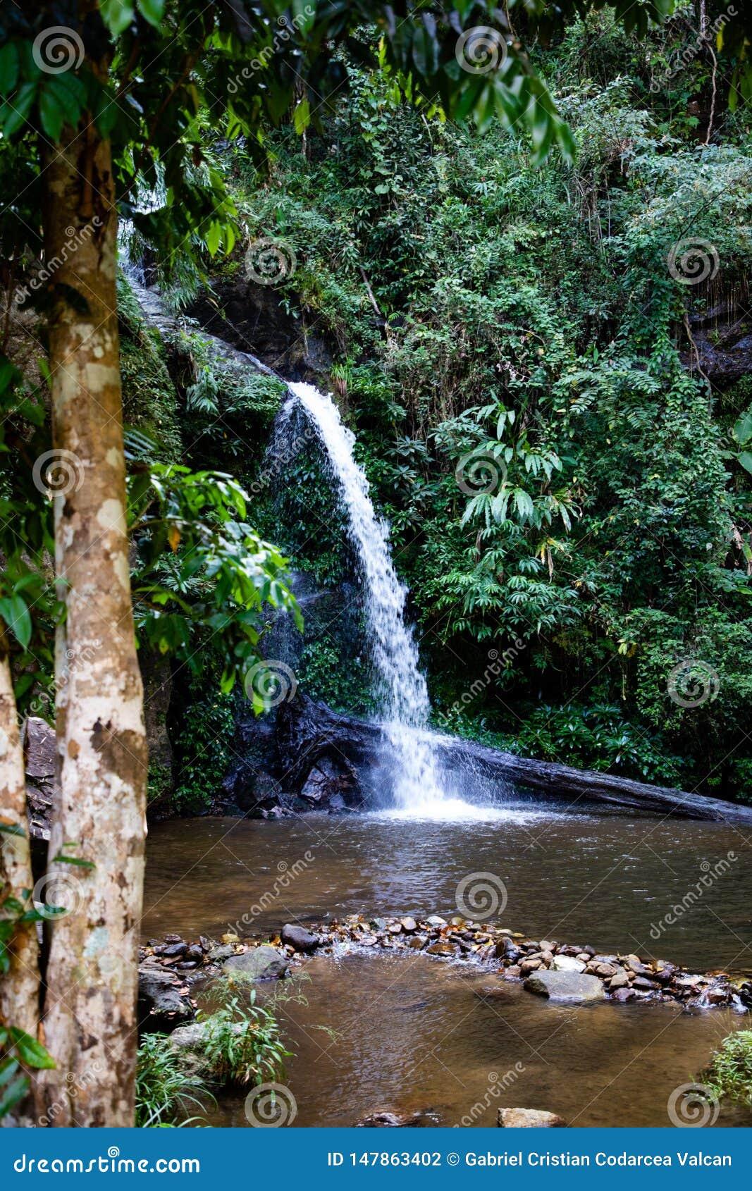 Lange blootstelling van Montathan-waterval in de wildernis van Chiang Mai Thailand