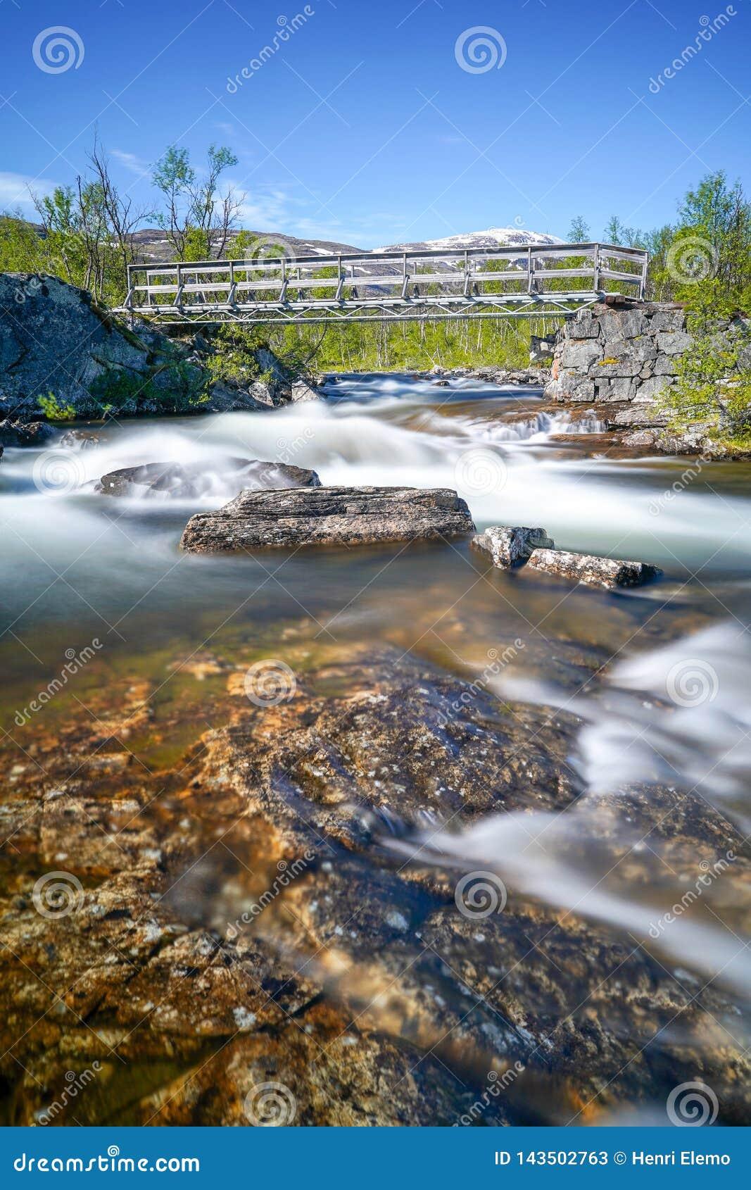 Lange die blootstelling van rivier in Noord-Zweden op zonnige dag wordt geschoten