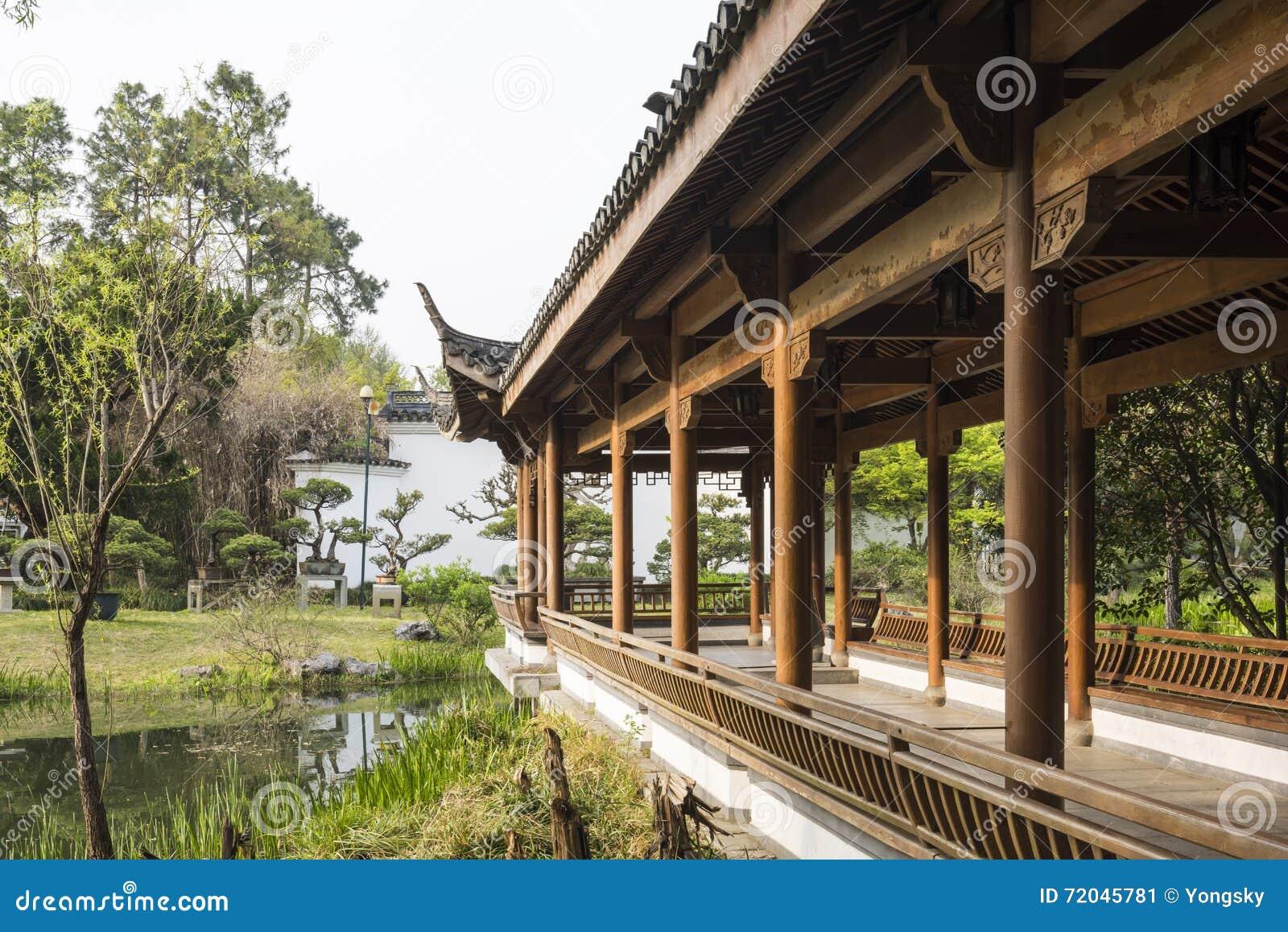 Lange Kolonnade des Ufers in Duojing-Garten