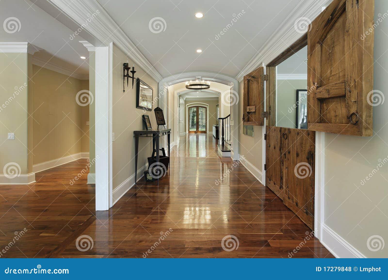 Lange lounge met houten staldeuren royalty vrije stock foto 39 s afbeelding 17279848 - Eigentijdse houten lounge ...