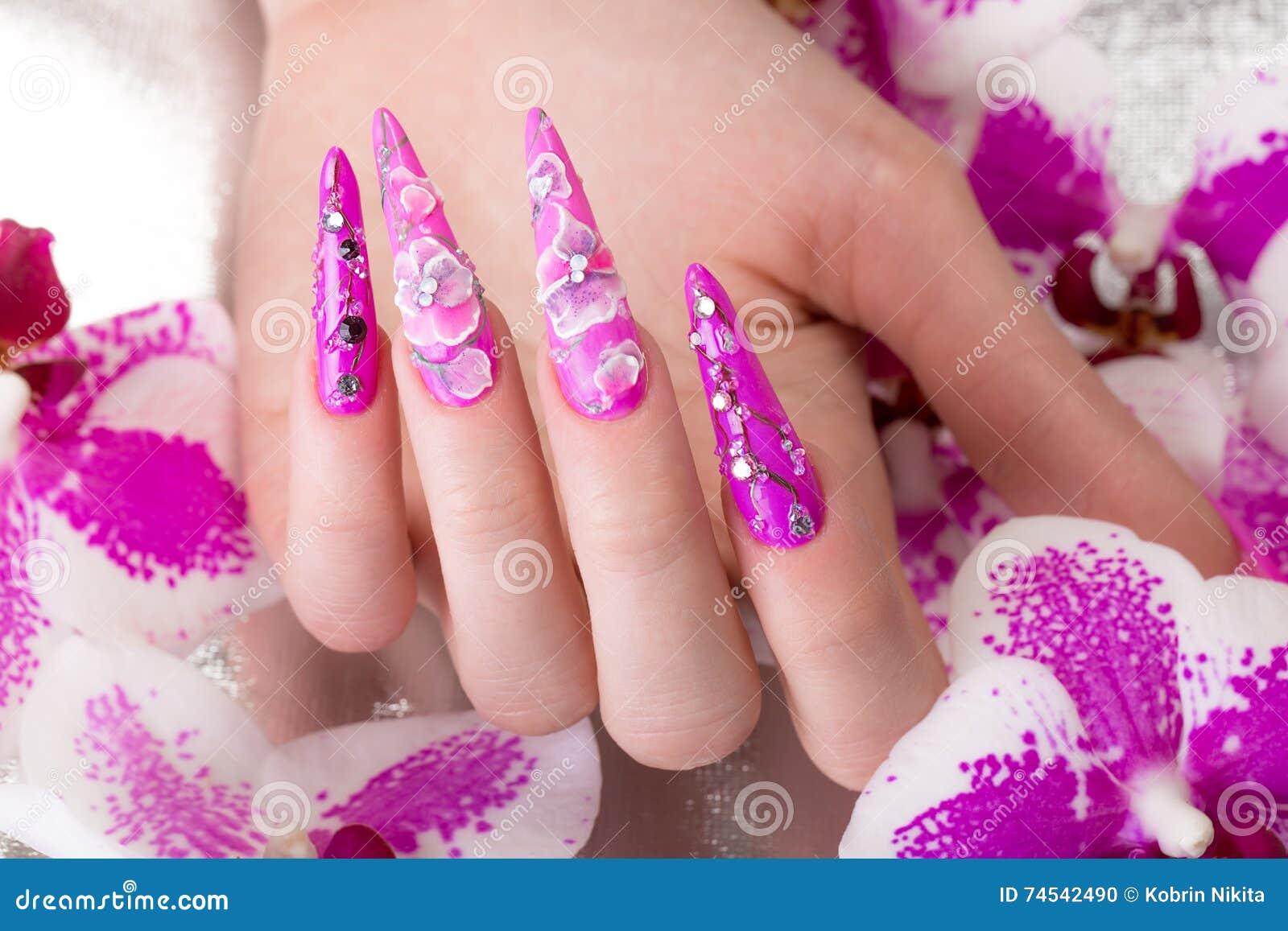 Lange schöne Maniküre mit Blumen auf weiblichen Fingern Nageldesign Nahaufnahme
