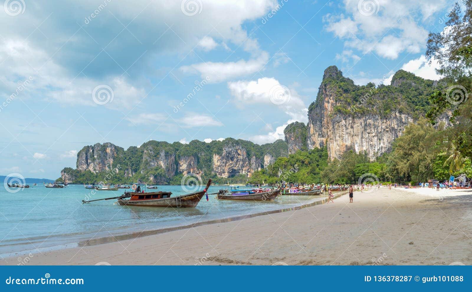 Lange staartboten in Railay-strand, Krabi, Thailand