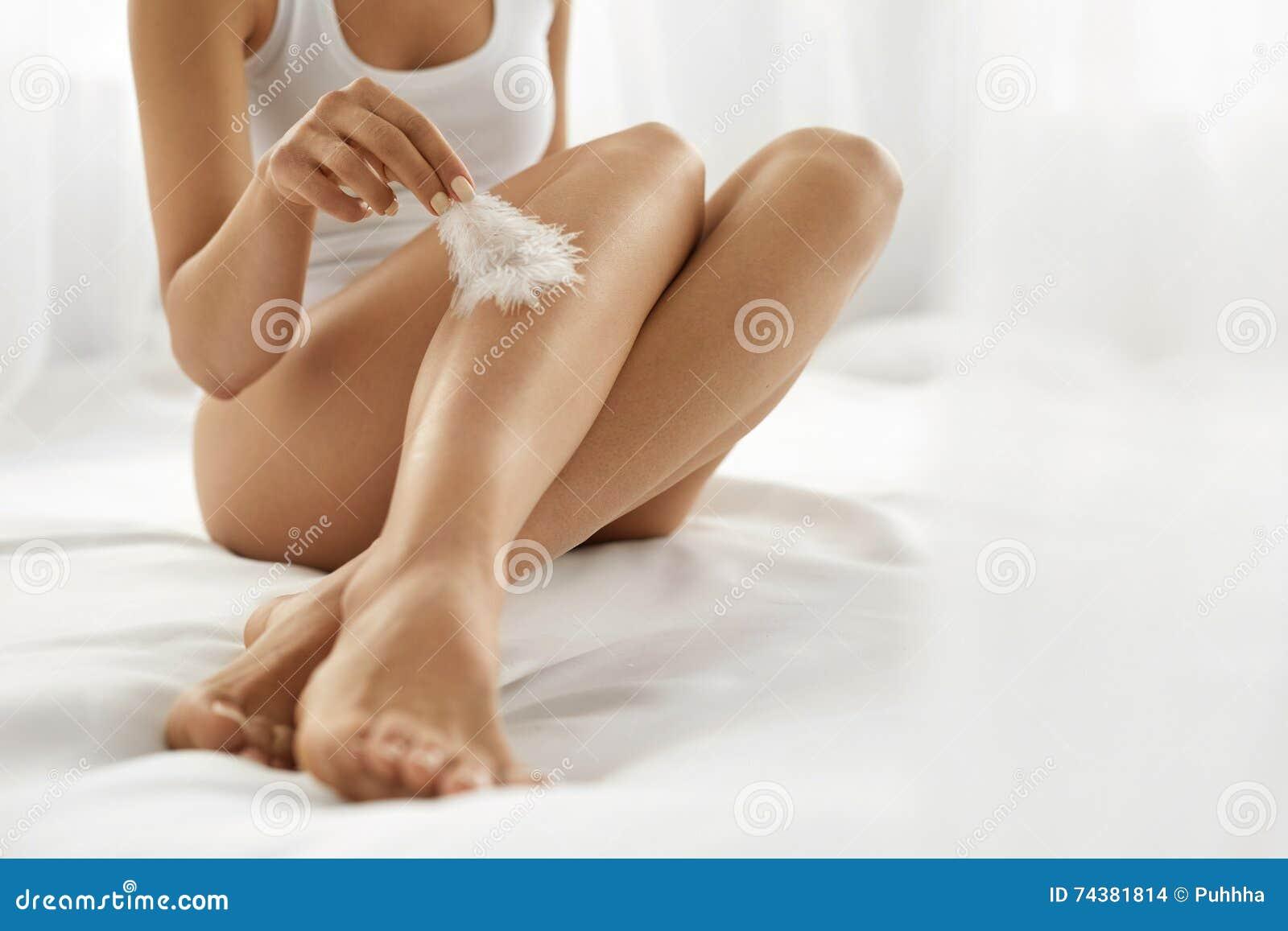 Lange Vrouwenbenen met Mooie Huid Het Concept van de schoonheidslichaamsverzorging