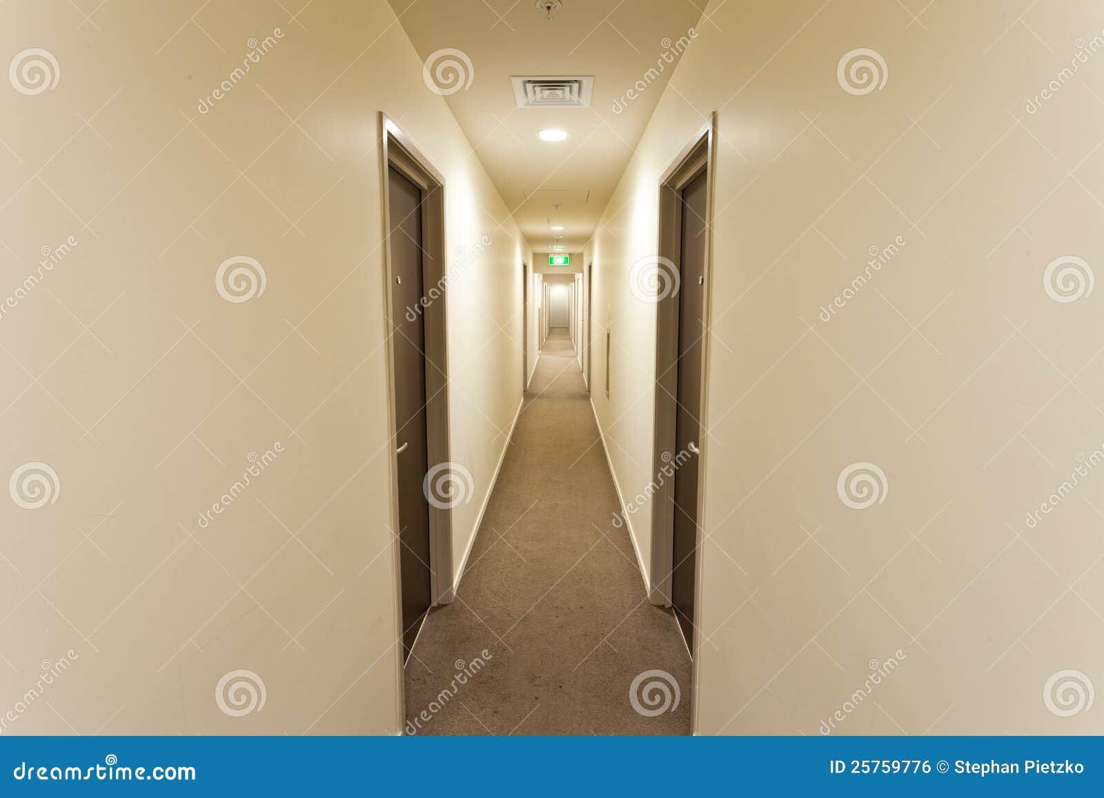 Langer Flur Beleuchtung | Langer Flur Mit Hotelzimmerturen Und Ausgang Kennzeichnen Stockfoto