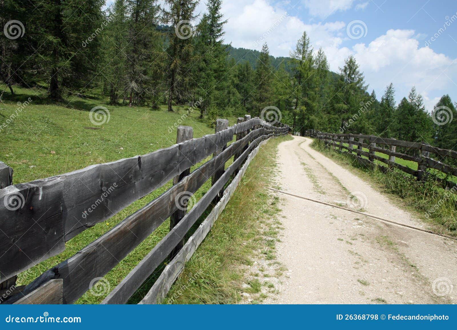 Langer Zaun der Gebirgsstraße