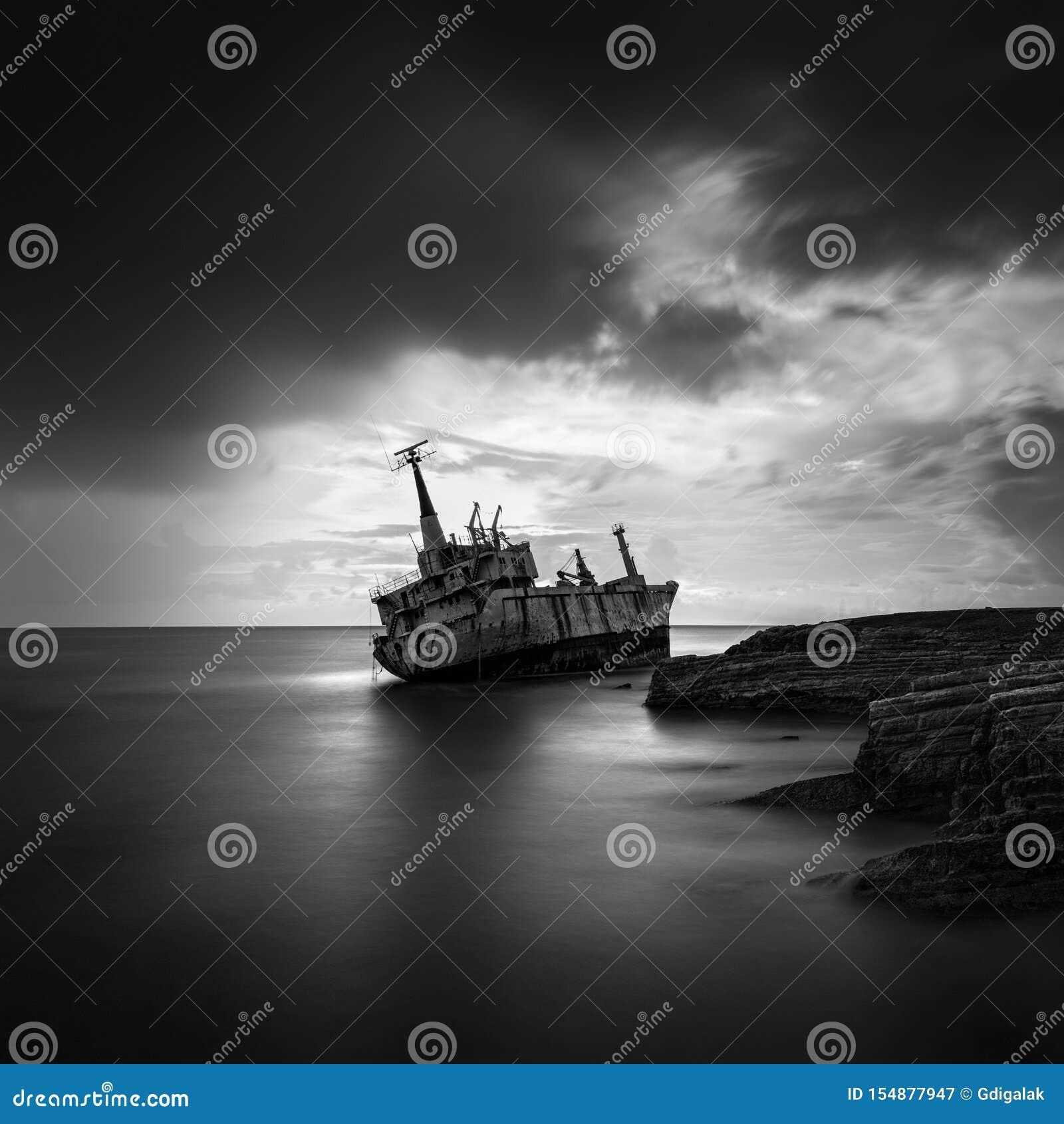 Langes Belichtungsbild eines Schiffbruchs