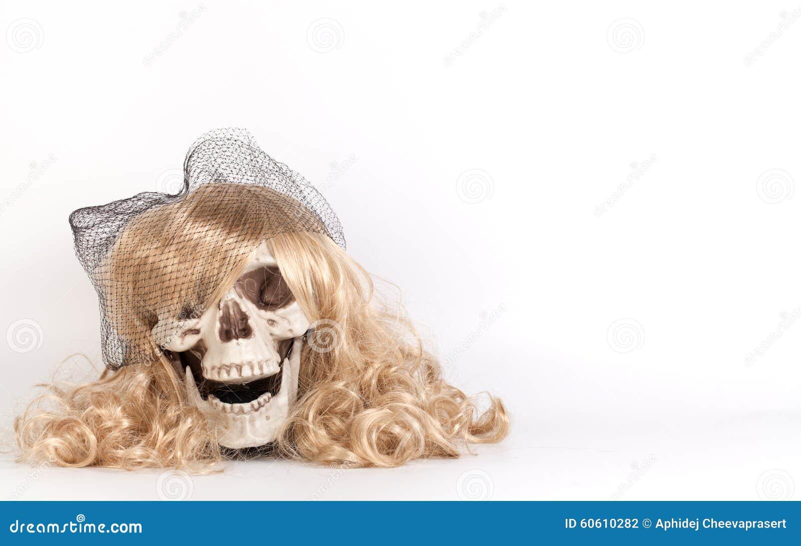 Langes blondes Haar, das Schädel gegenüberstellt