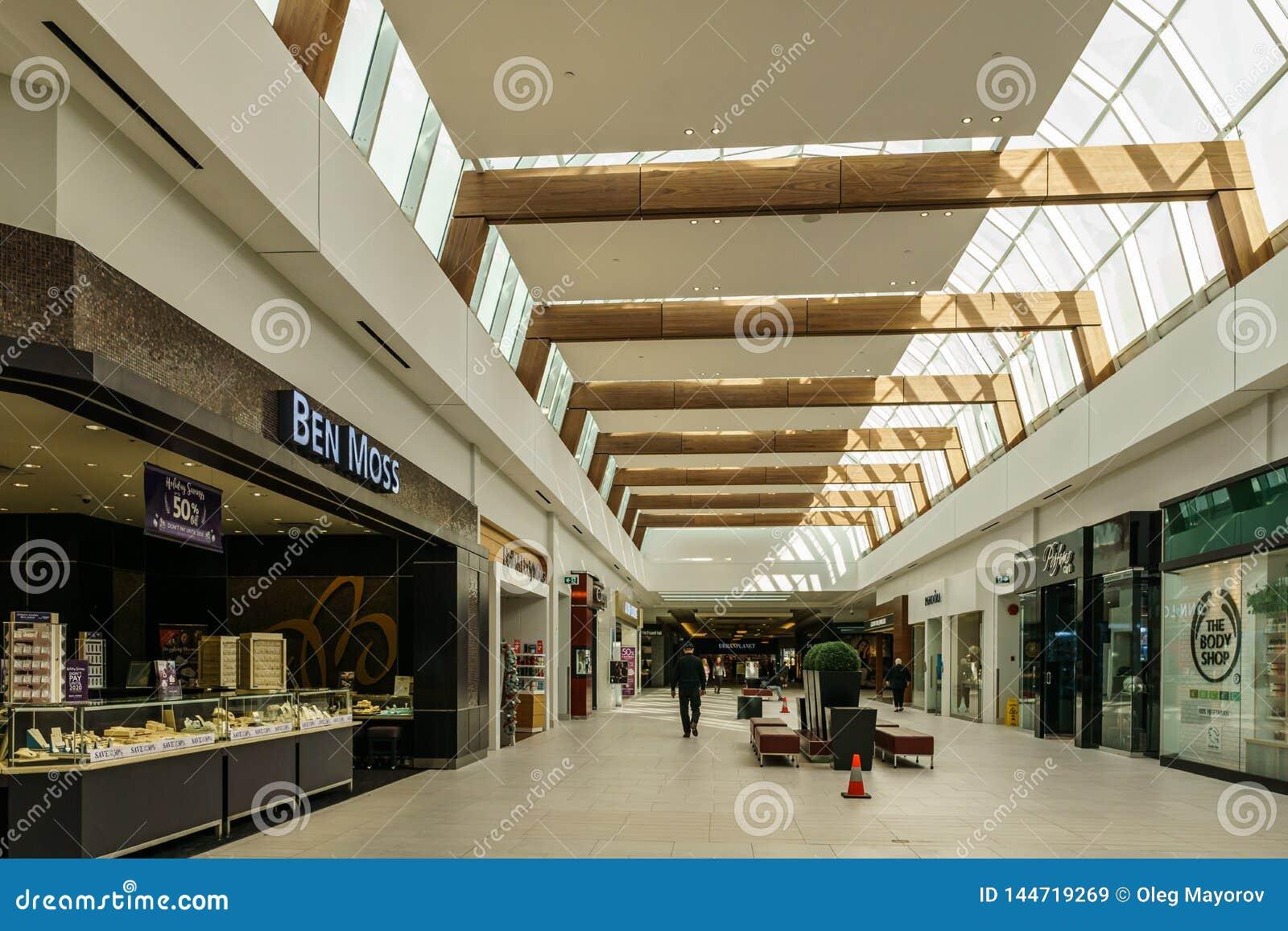 Langley, CANADÁ - 14 de noviembre de 2018: vista interior del centro comercial de Willowbrook