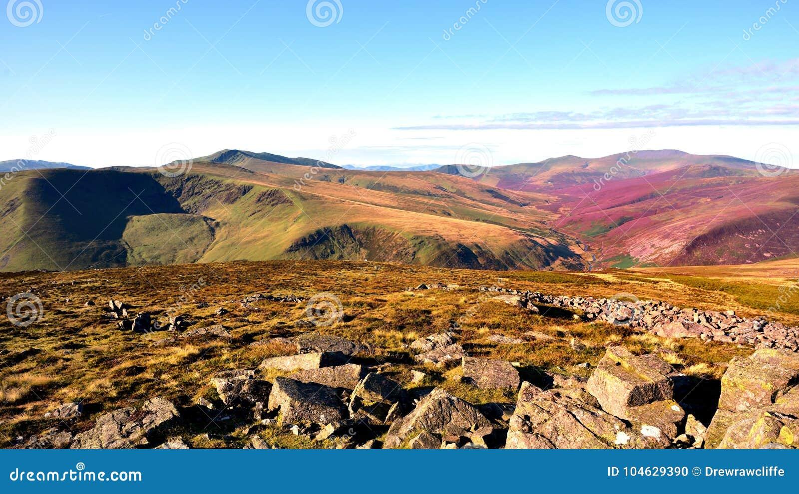 Download Langs De Cumbria-Manier Aan Skiddaw Stock Foto - Afbeelding bestaande uit mens, gemeenschappelijk: 104629390