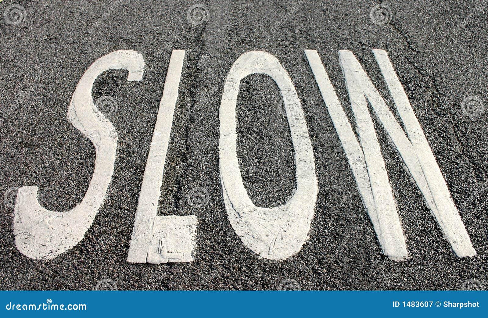 Langsames Zeichen auf der Straße