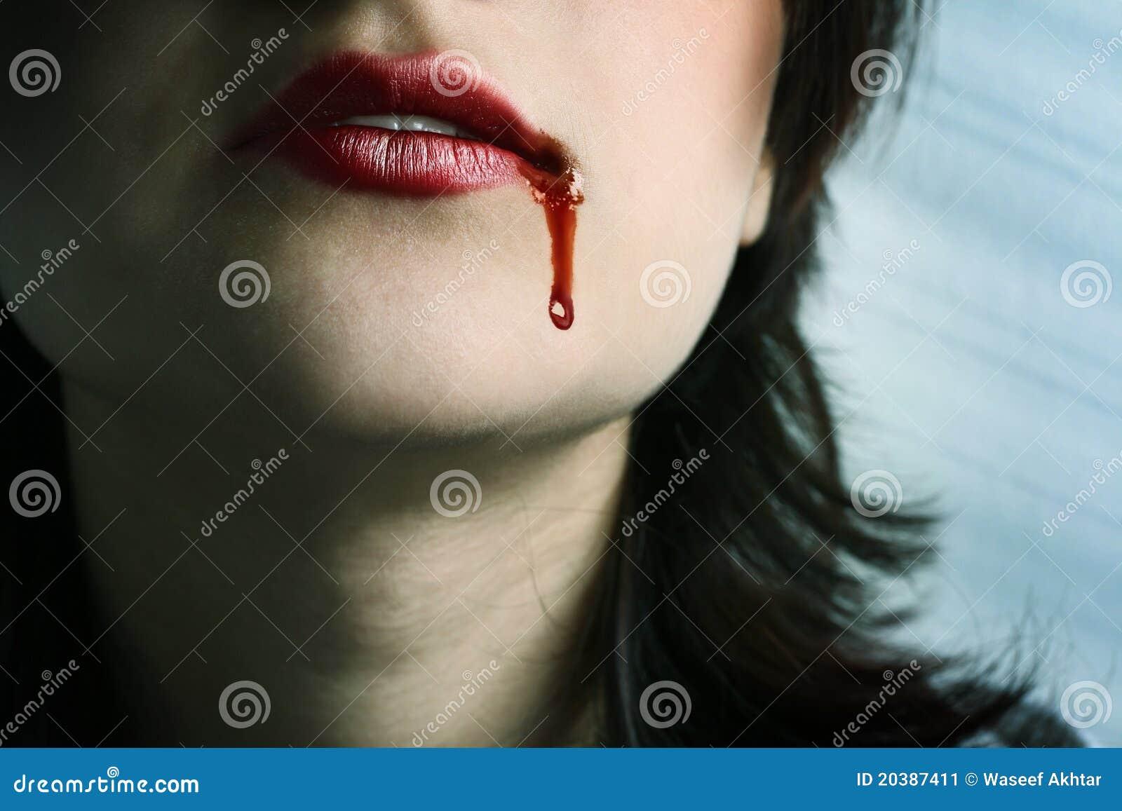 Languettes rouges avec le sang chutant près