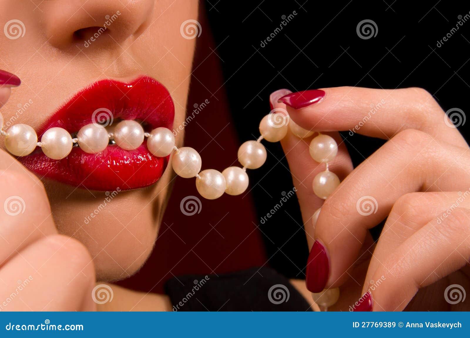 Languettes sensuelles avec le rouge à lievres rouge