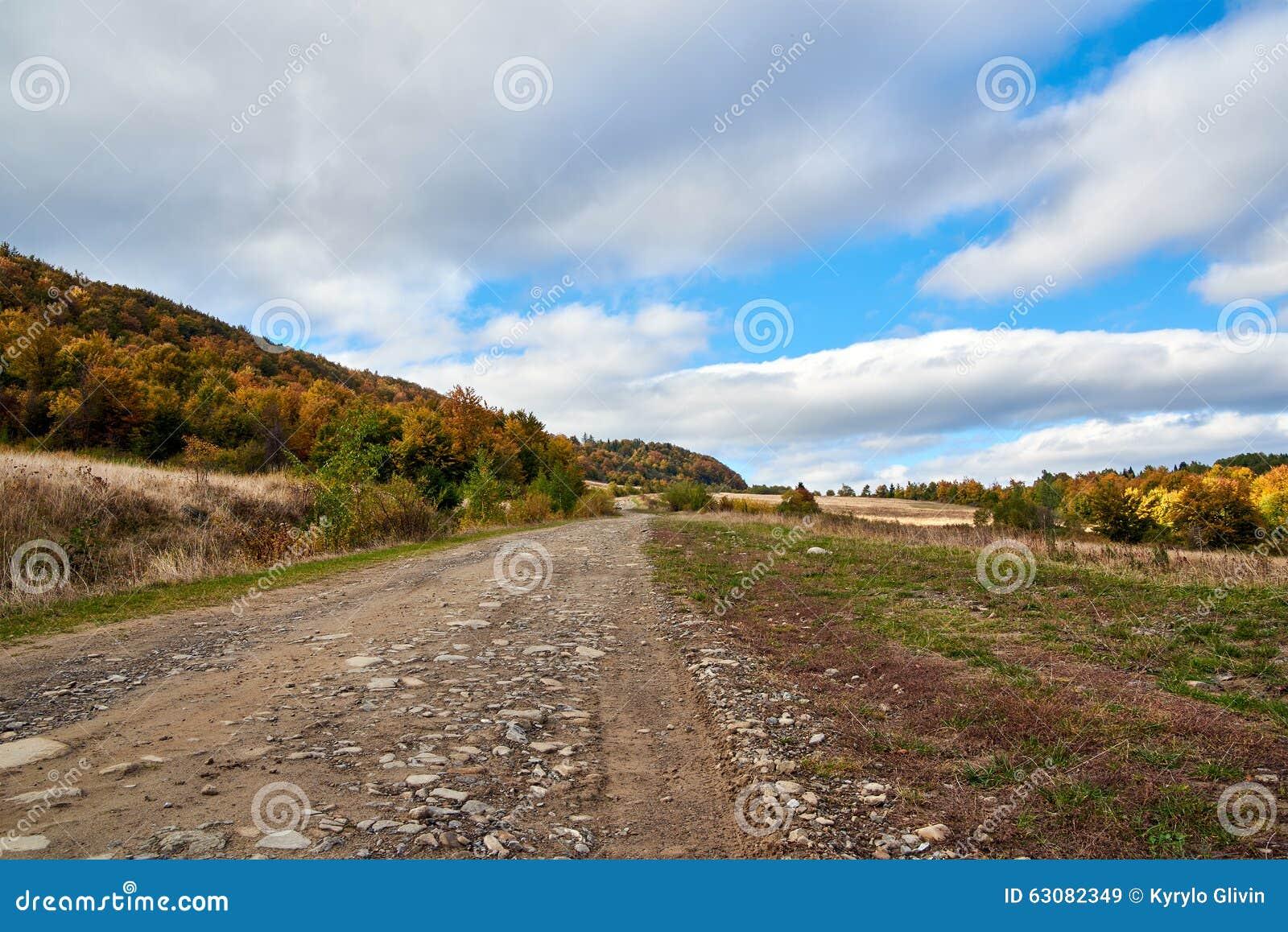 Download Lanscape De Route De Montagne Avec Des Nuages Et Des Arbres Colorés Image stock - Image du montagne, forêt: 63082349