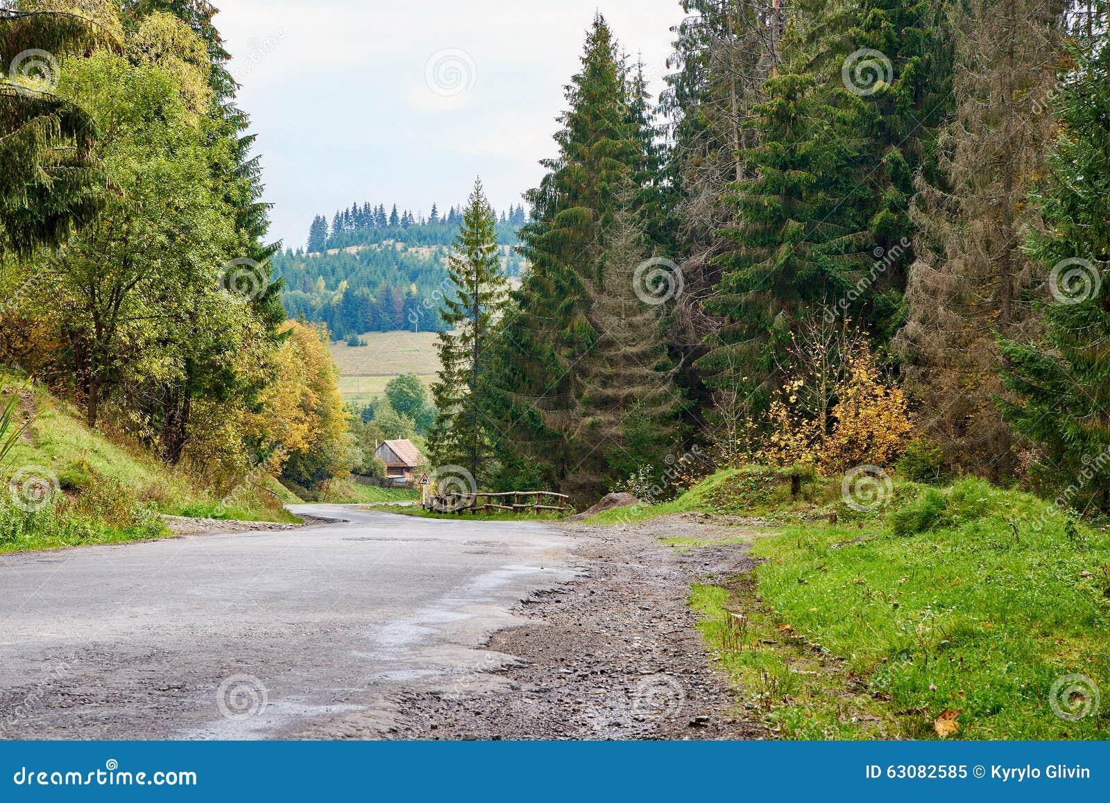Download Lanscape De Route De Montagne Avec Des Nuages Et Des Arbres Colorés Image stock - Image du roche, brouillard: 63082585