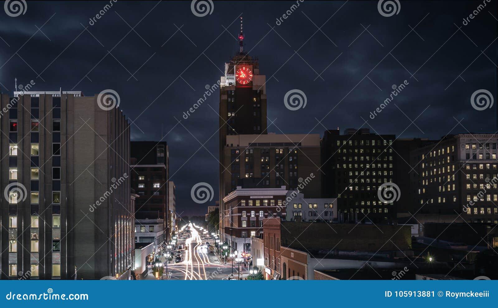 Lansing Michigan Cityscape bij Nacht met Verkeer