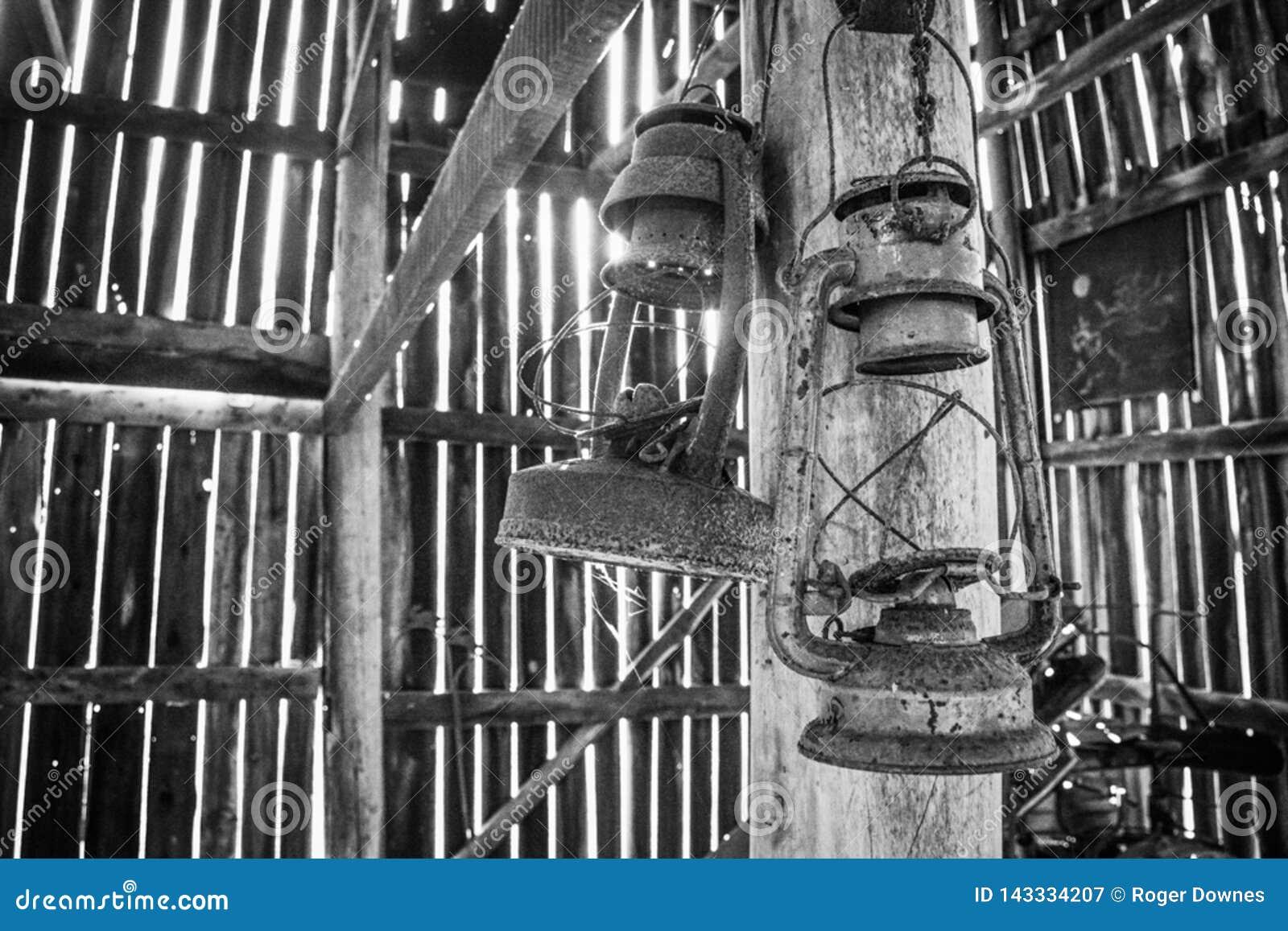 Lantaarns die in een Oude Tabaksschuur hangen