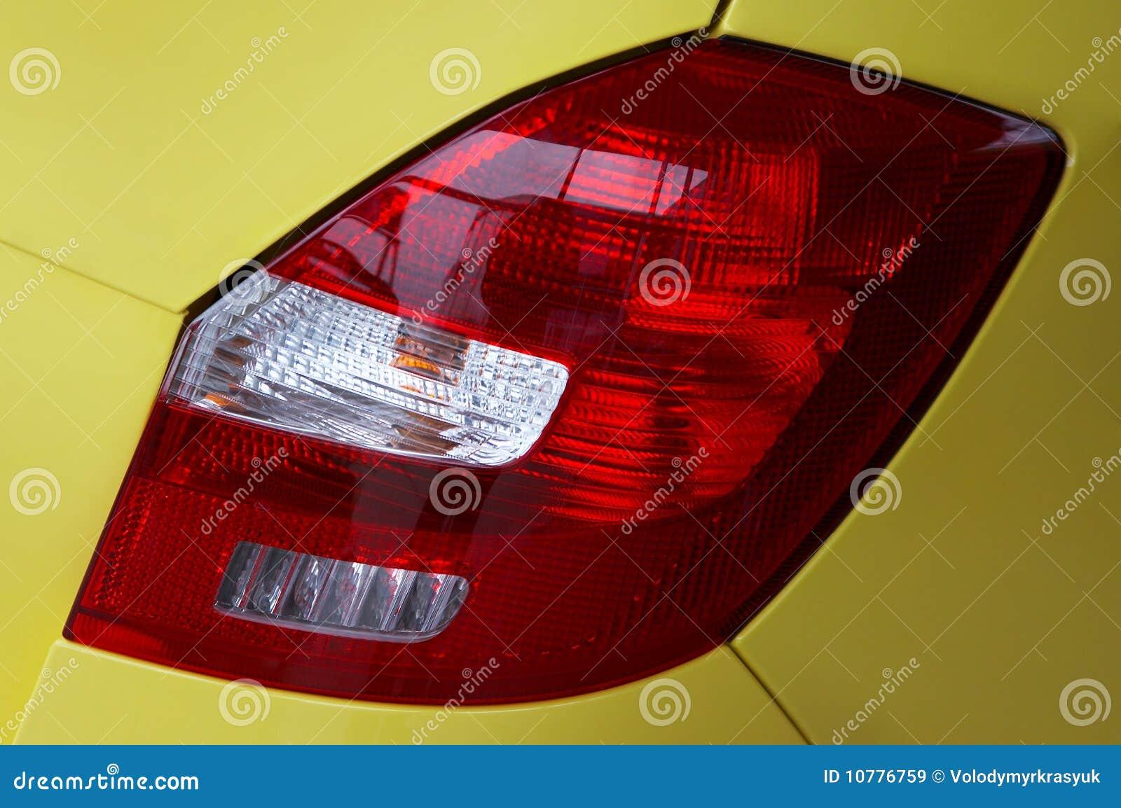 Lantaarns van de gele moderne auto