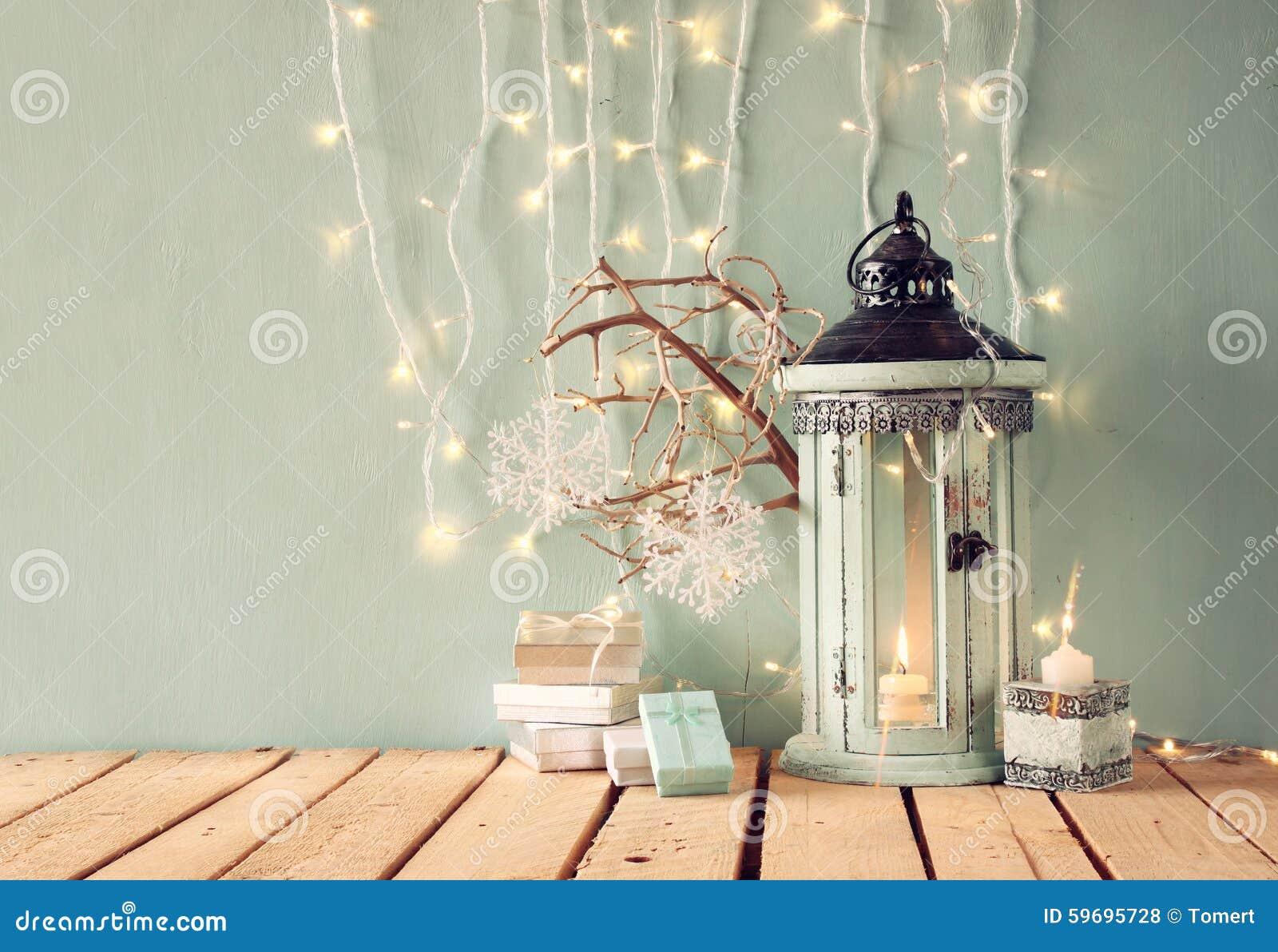 Lanterna d 39 annata di legno bianca con la candela bruciante - Immagine di regali di natale ...