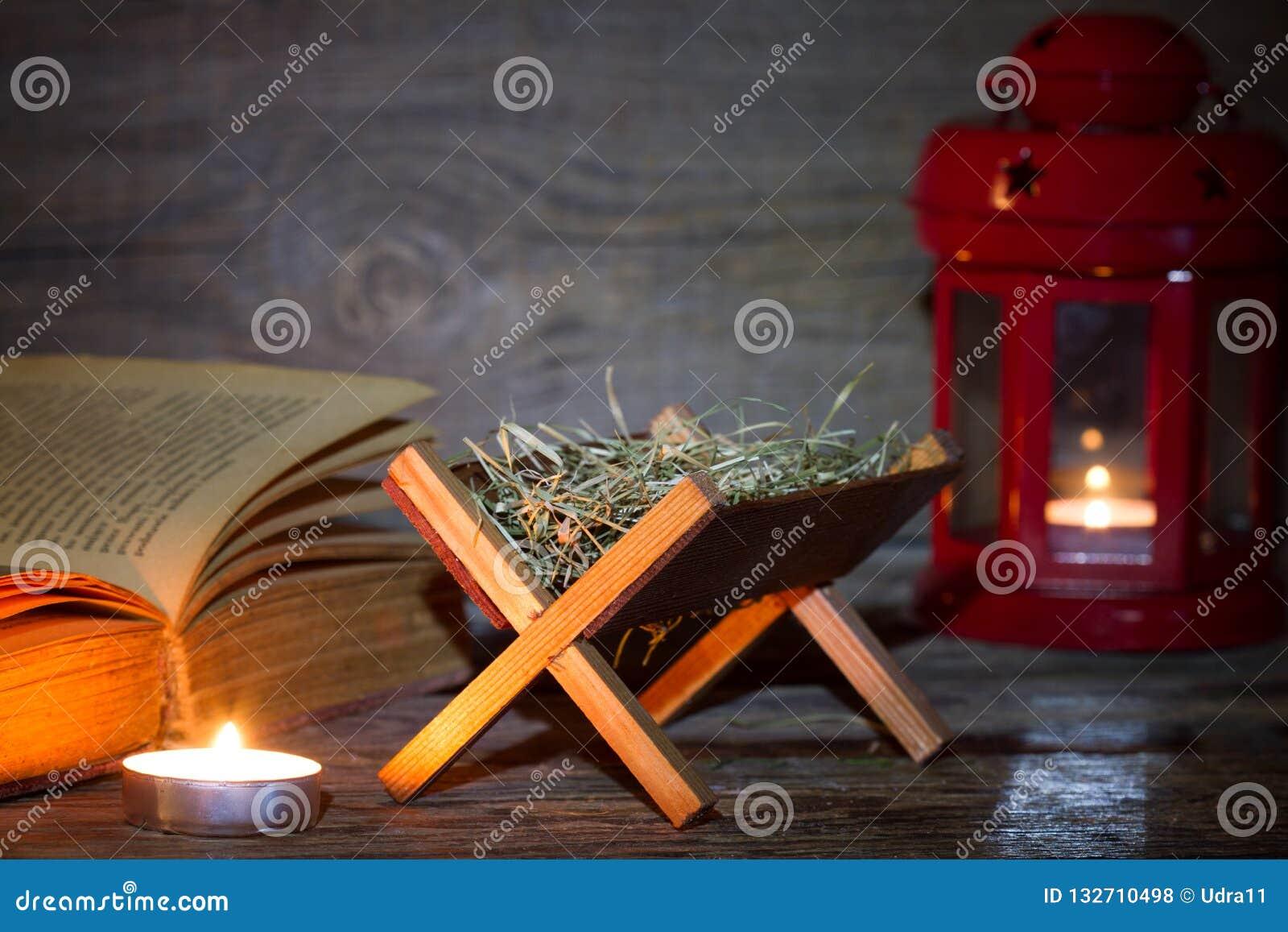 Lanterna e bibbia di scena di natività di Manger nel fondo di natale dell estratto di notte