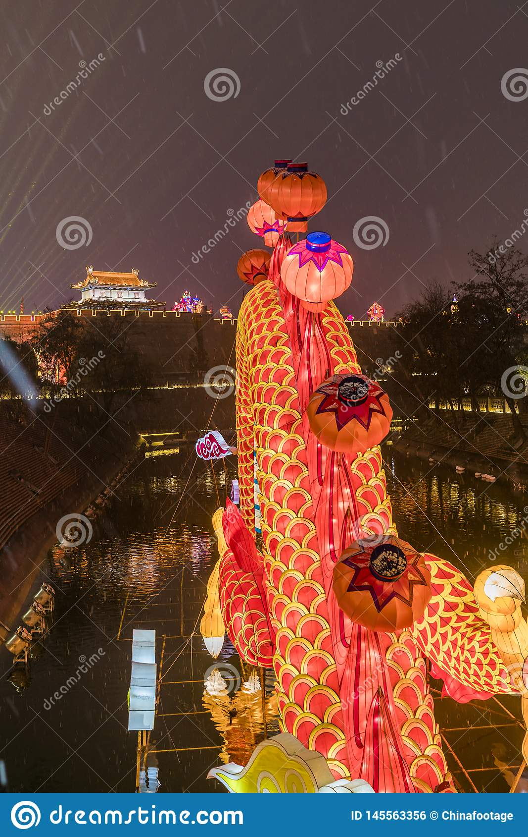 A lanterna e a mostra da ilumina??o na porta sul da parede da cidade antiga para comemoram o festival de mola chin?s, xi ?, shaan