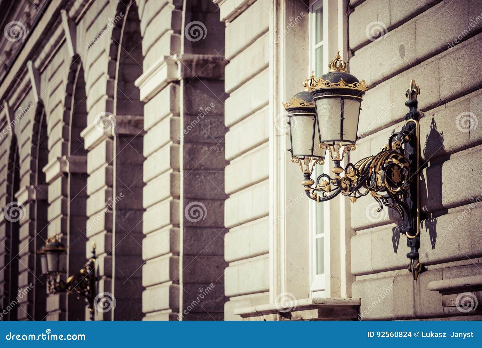 Lanterna elegante della città vicino al palazzo reale a Madrid