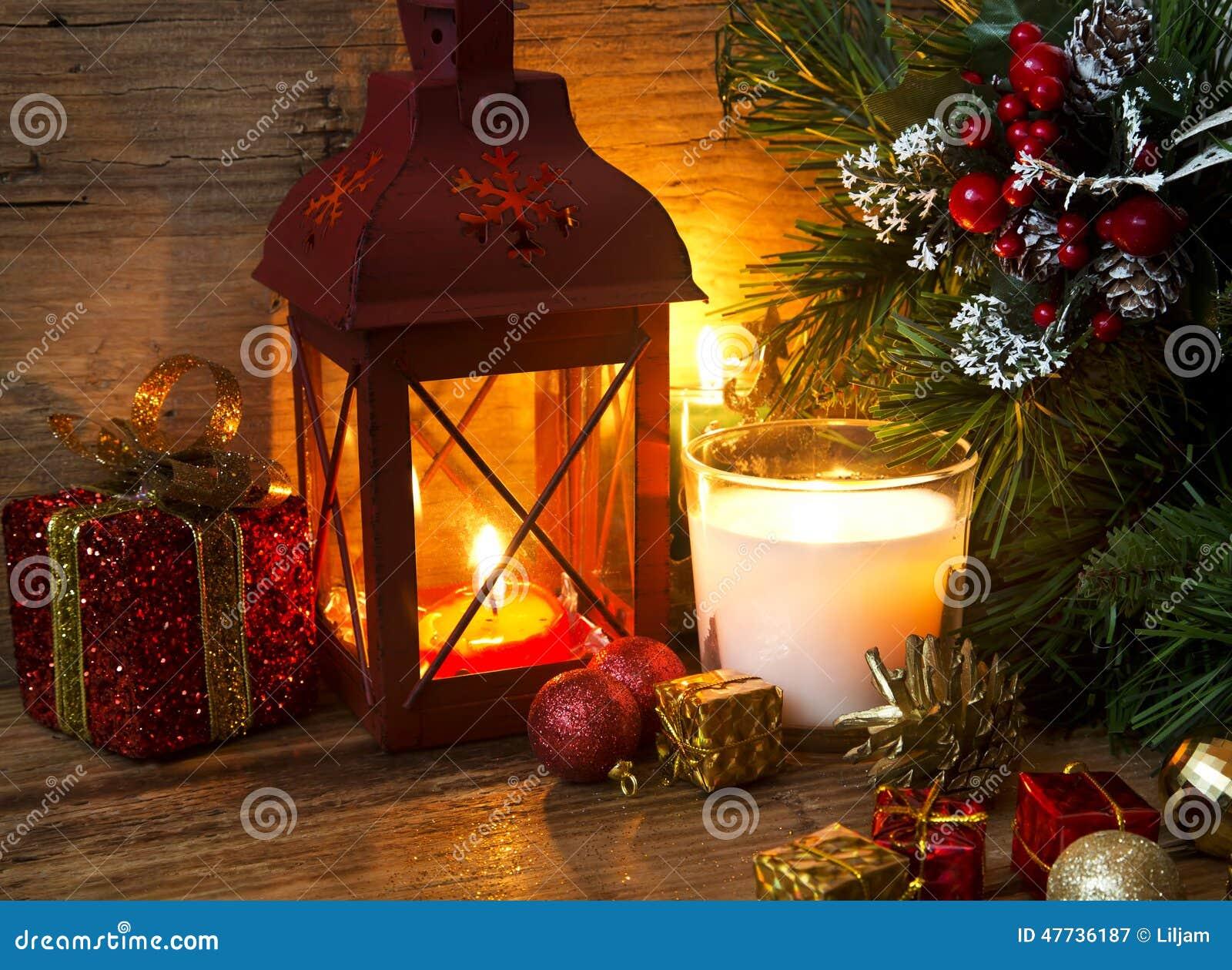 Decorare Candele Di Natale : Lanterna magica di natale con le candele e le decorazioni immagine