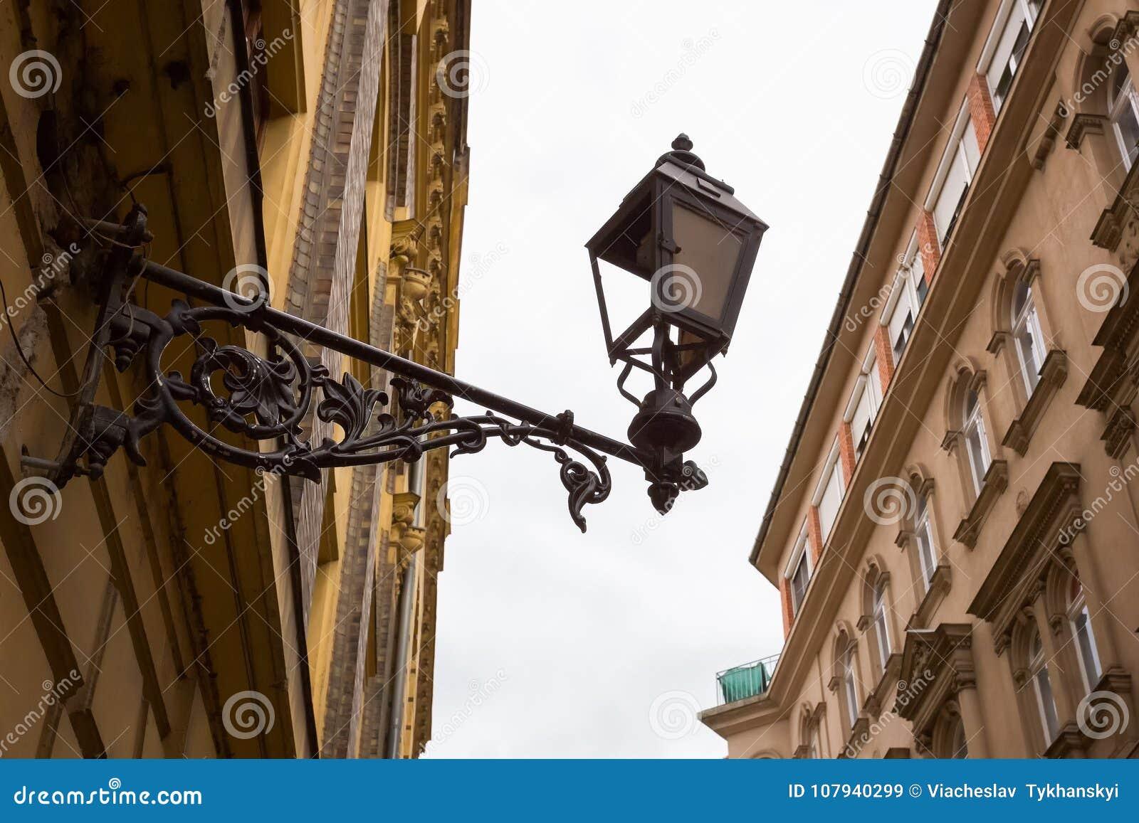 Lanterna que pendura na parede da casa