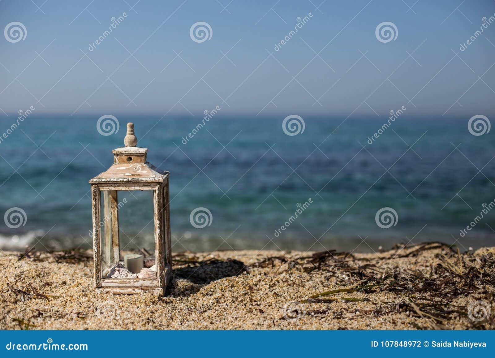 Lanterna Rustica Con La Candela E Conchiglie Dalla Spiaggia