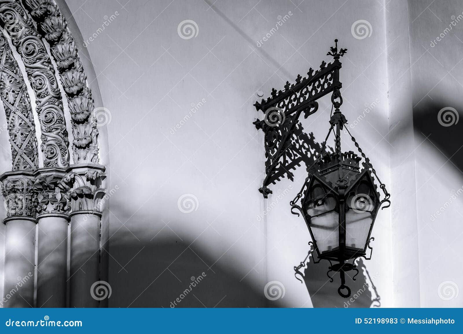 Lanterna velha na parede da igreja luterana de Saint Peter e Paul Church (1838) em St Petersburg