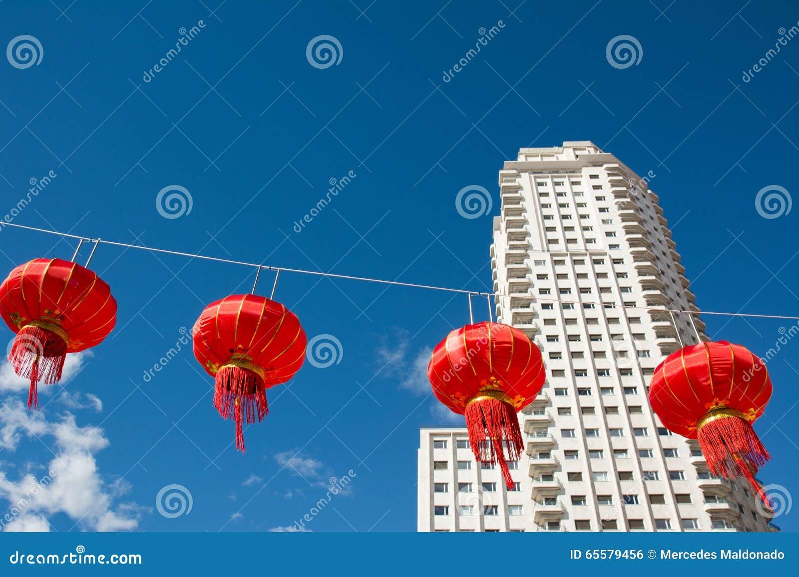 Lanternas de papel chinesas vermelhas contra um céu azul