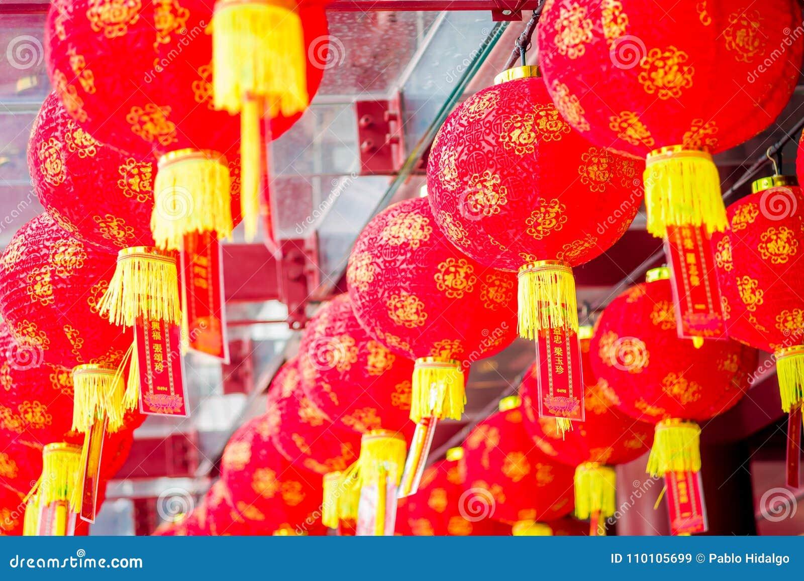 Lanternas decorativas dispersadas em torno do bairro chinês, Singapura Ano novo do ` s de China Ano do cão Cidade recolhida fotos