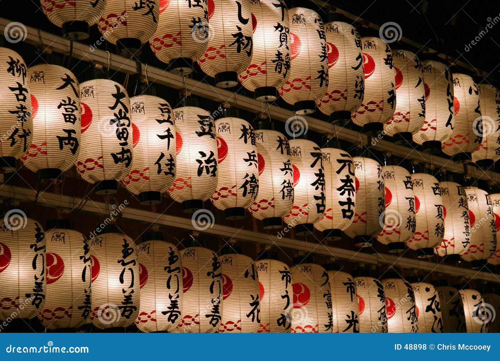 Lanternas japonesas na noite.