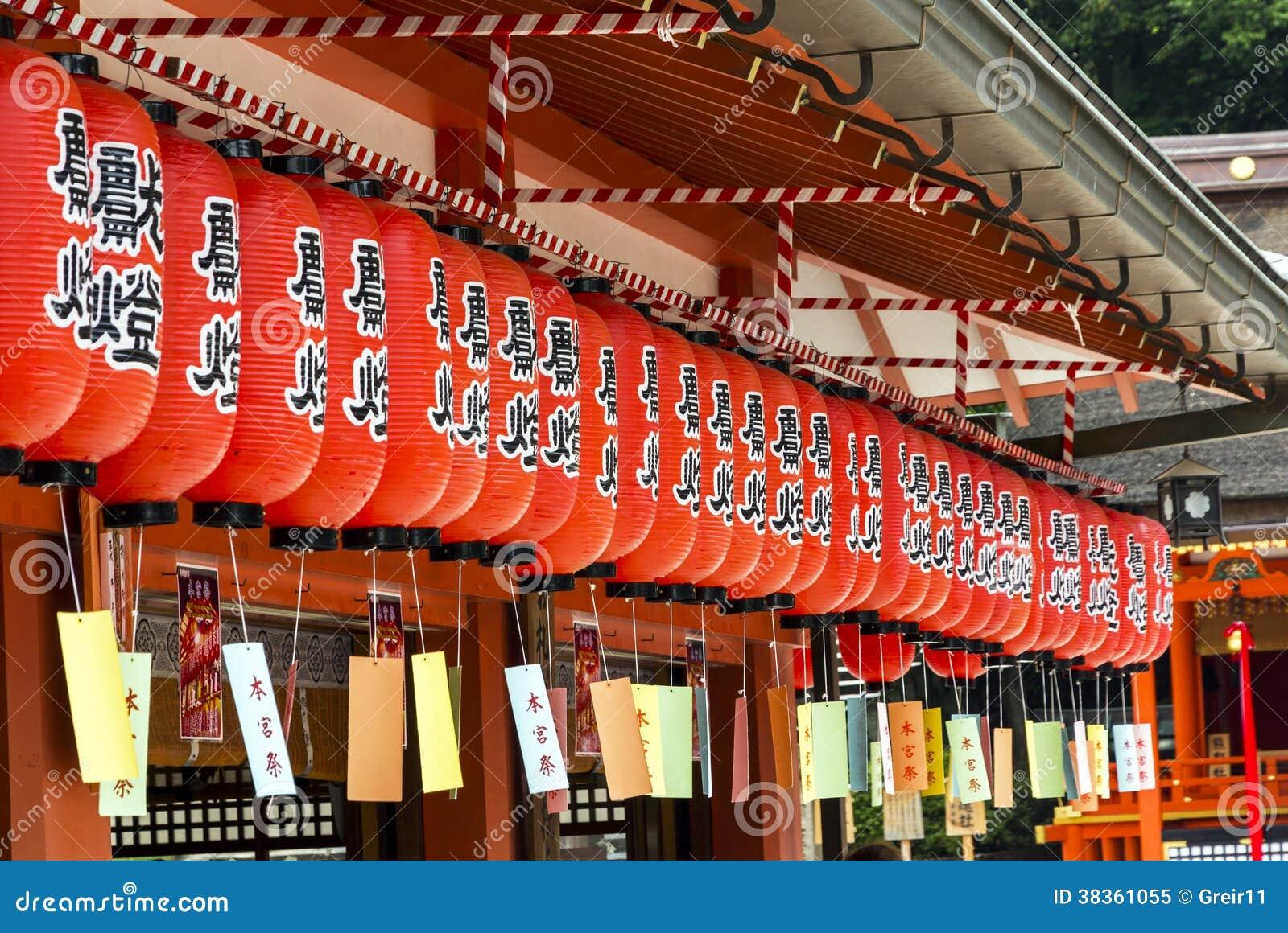 Lanternas japonesas, pendurando em um santuário xintoísmo, kyoto