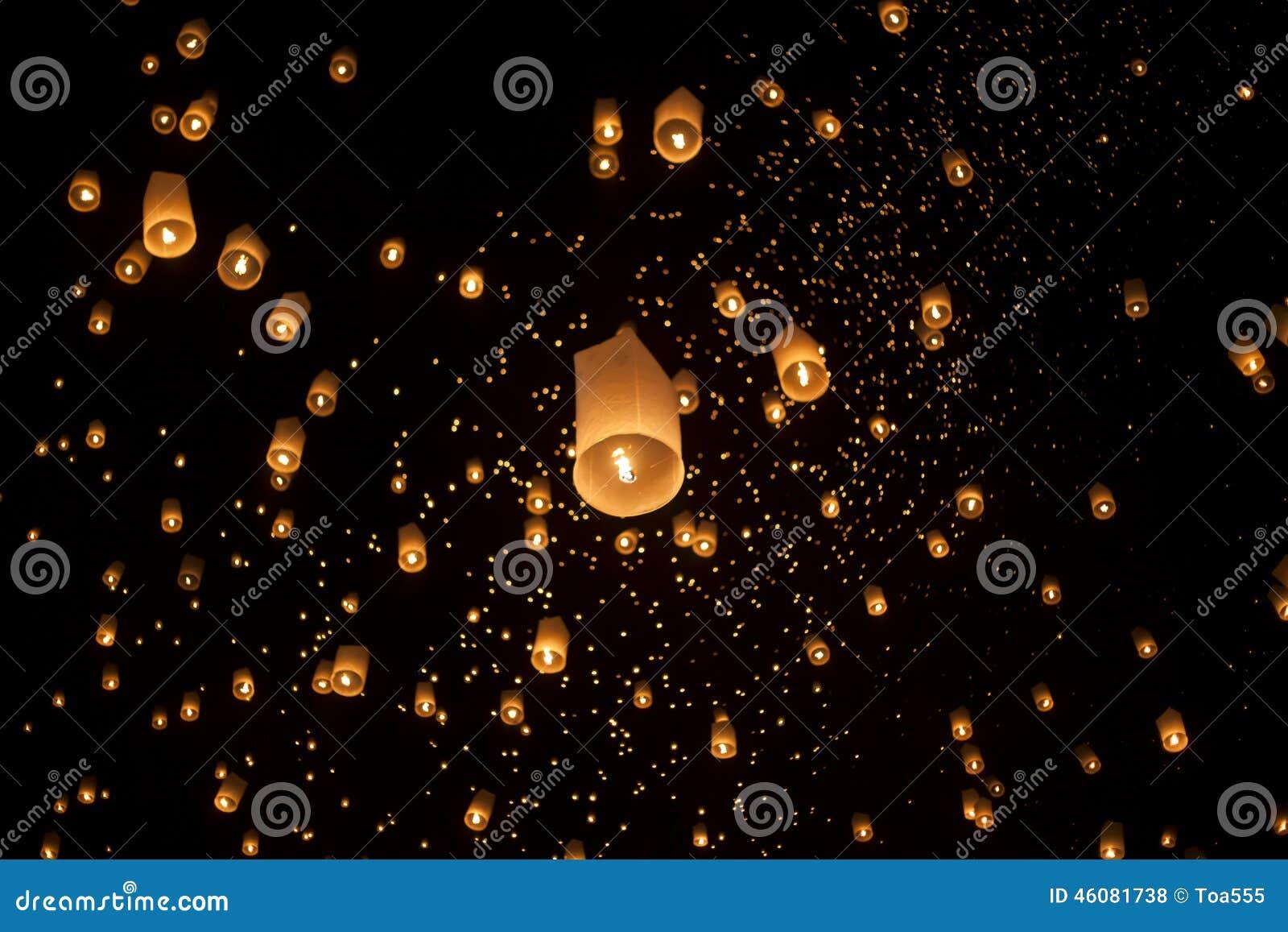 Lanterne asiatiche di galleggiamento in Chiang Mai Thailand