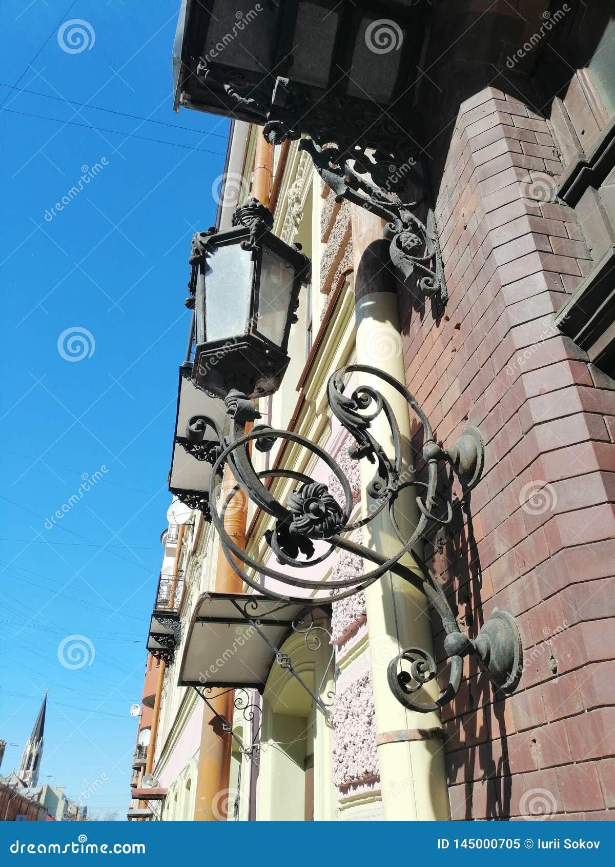 Lanterne avec la décoration sur le mur de la maison
