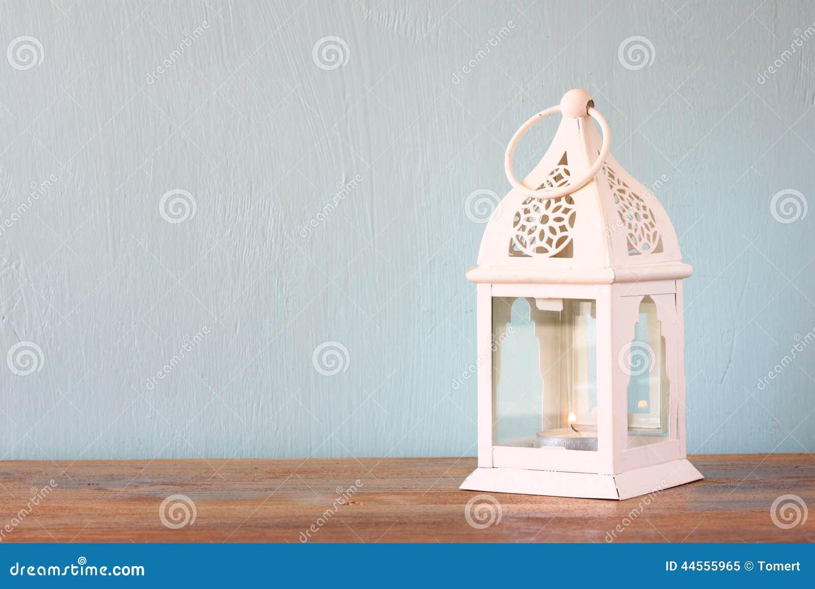 Lanterne blanche au-dessus de table en bois