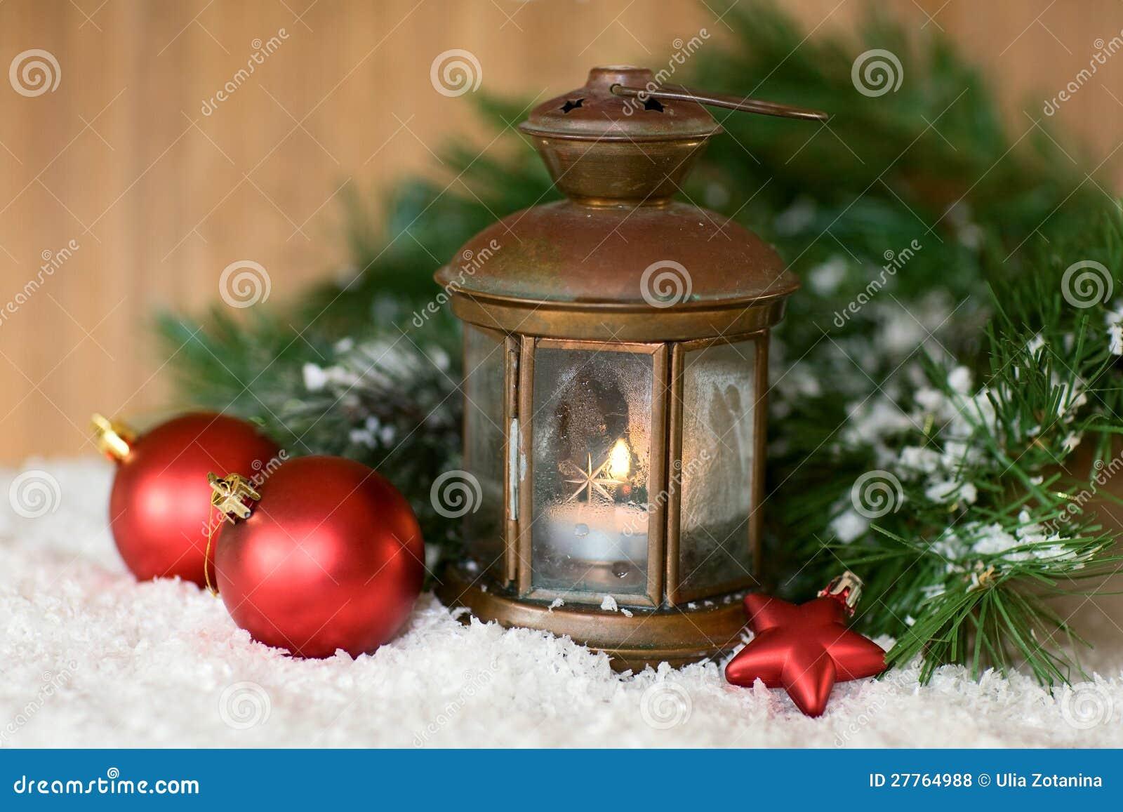 Lanterne brûlante dans la neige