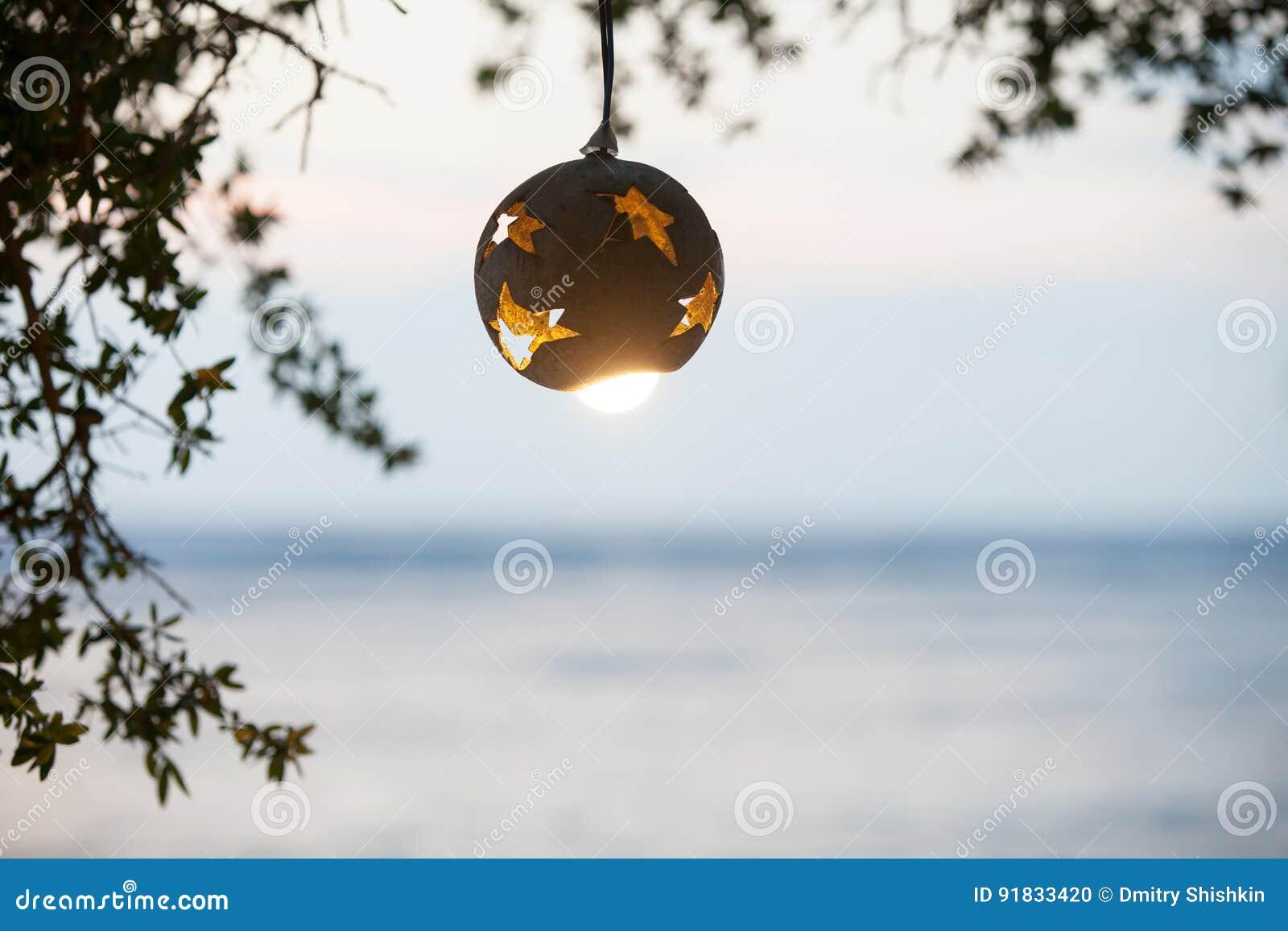 lanterne de l 39 arbre de noix de coco avec la lampe sur le fond du coucher du soleil sur la plage. Black Bedroom Furniture Sets. Home Design Ideas