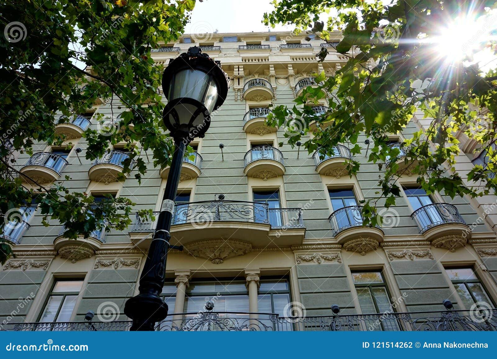 Lanterne Devant La Façade D\'une Des Belles Maisons à Barcelone Photo ...
