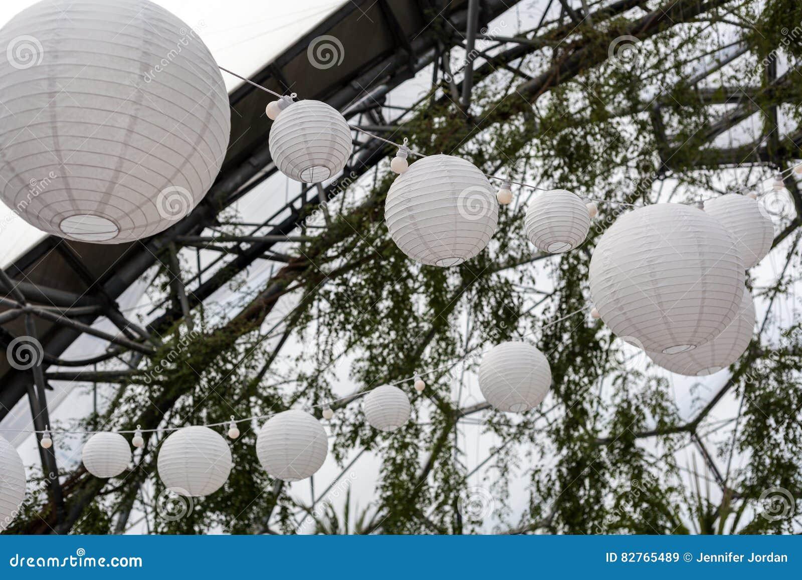Lanterne di carta di illuminazione festiva immagine stock