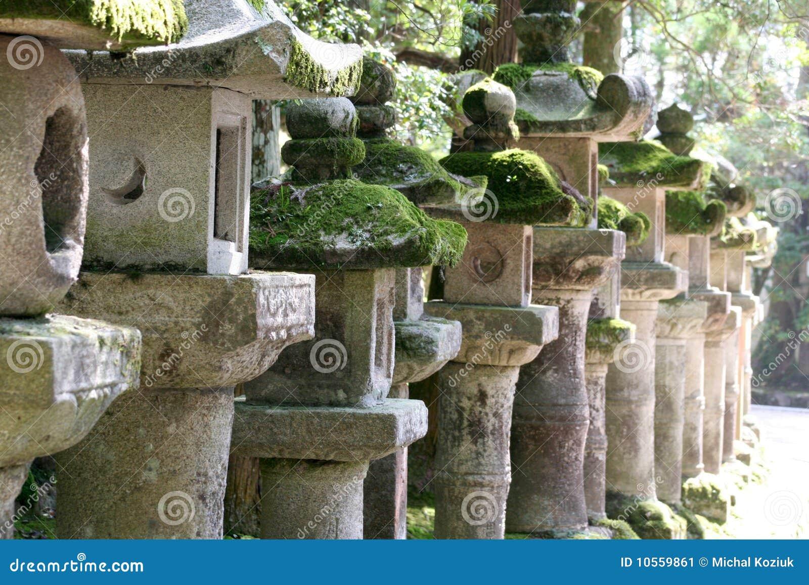 lanterne di pietra giapponesi immagine stock immagine di