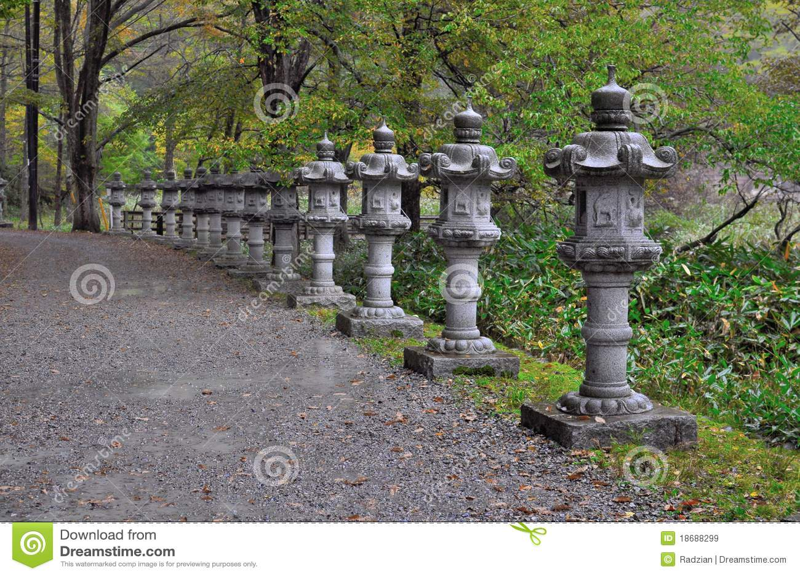 lanterne en pierre japonaise traditionnelle image stock image 18688299. Black Bedroom Furniture Sets. Home Design Ideas