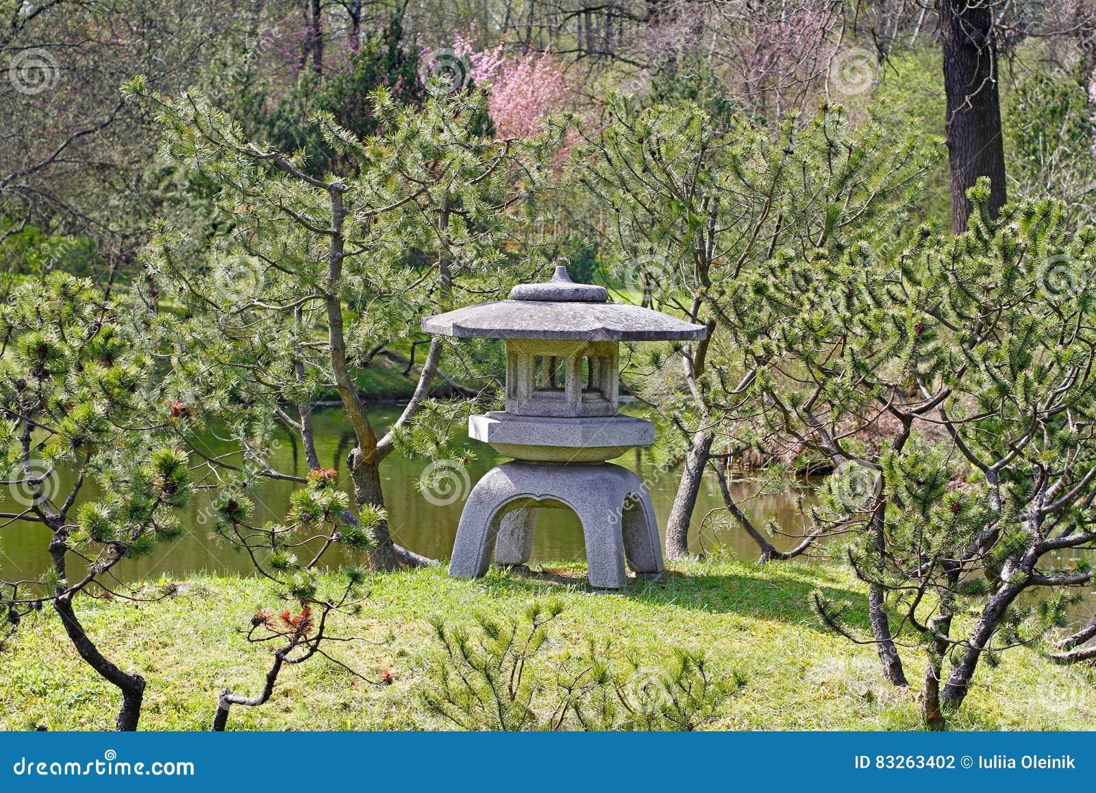 lanterne en pierre japonaise traditionnelle dans le jardin japonais photo stock image 83263402. Black Bedroom Furniture Sets. Home Design Ideas
