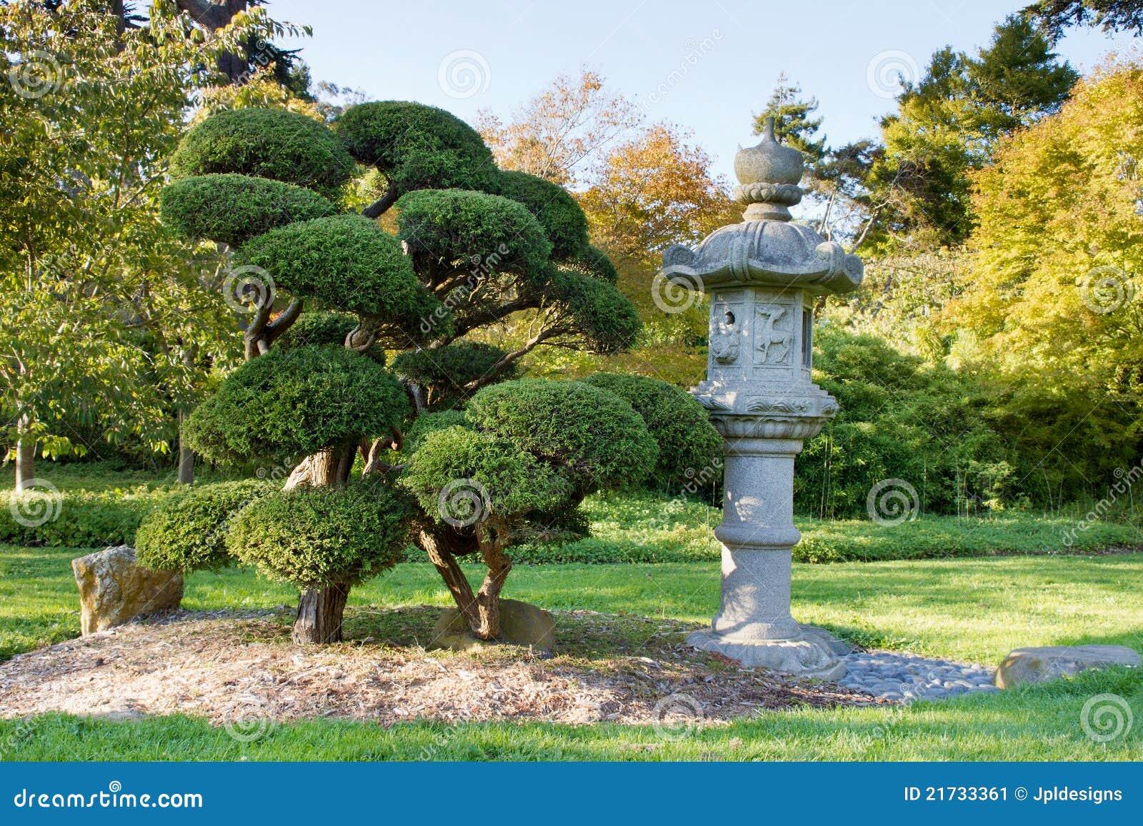 Lanterne et arbres en pierre dans le jardin japonais image for Jardin japonais lanterne
